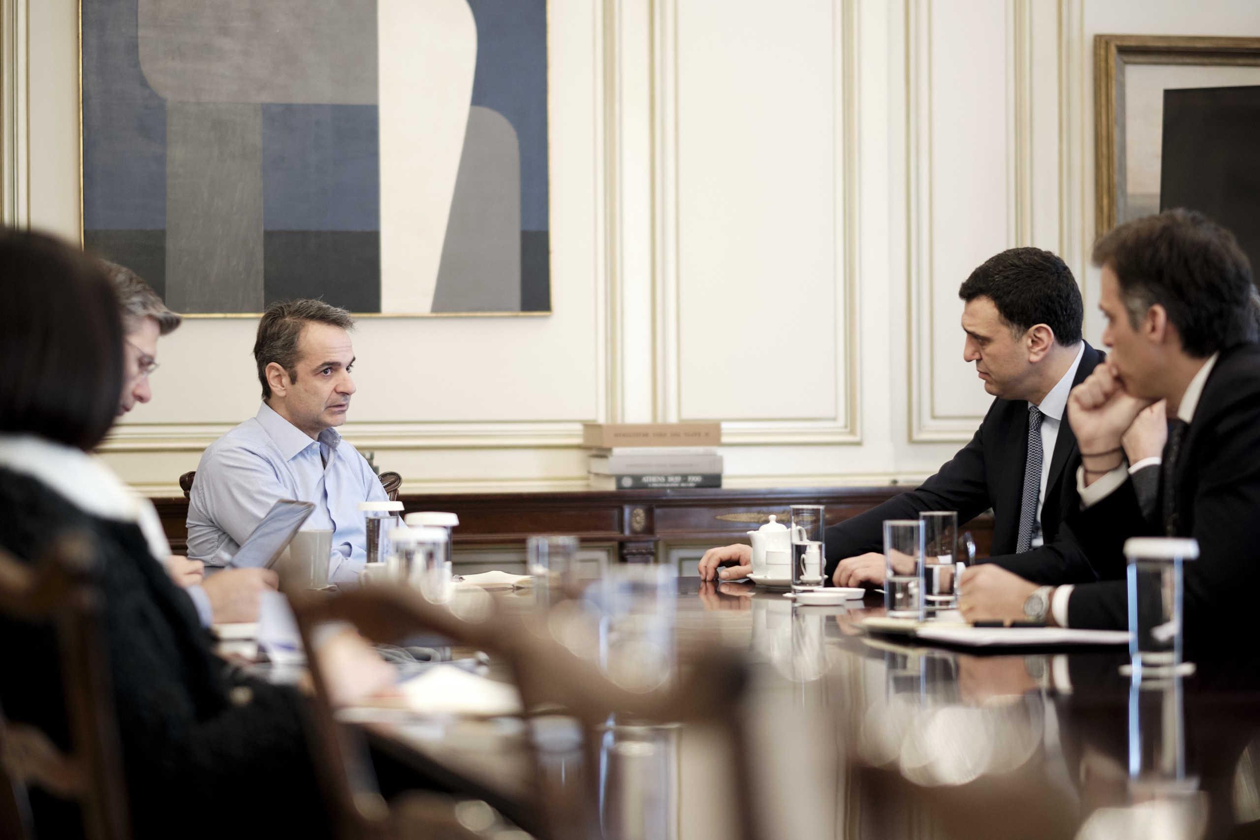 Νέα μέτρα ετοιμάζει η κυβέρνηση κατά του κορονοϊού – Έκτακτη σύσκεψη στο Μαξίμου