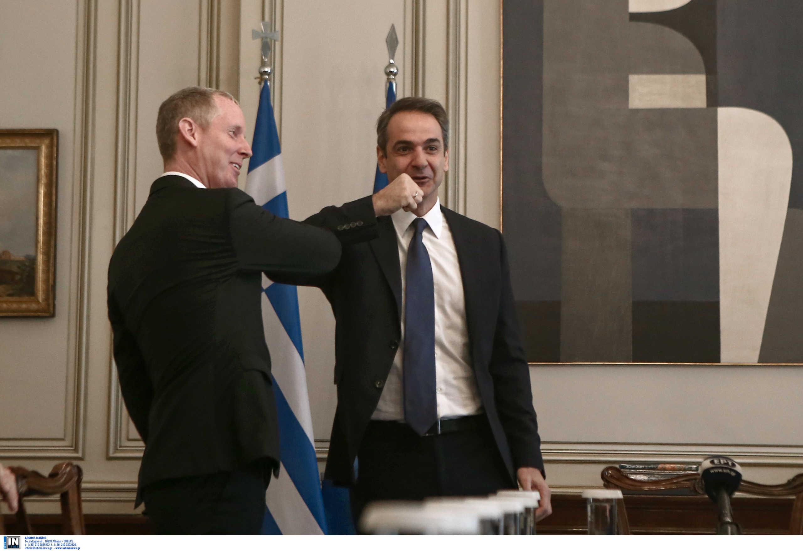 """Ο κορονοϊός… «έκοψε» τις χειραψίες! Ο """"άλλος"""" χαιρετισμός Μητσοτάκη με τον αντιπρόεδρο της ΕΤΕπ"""