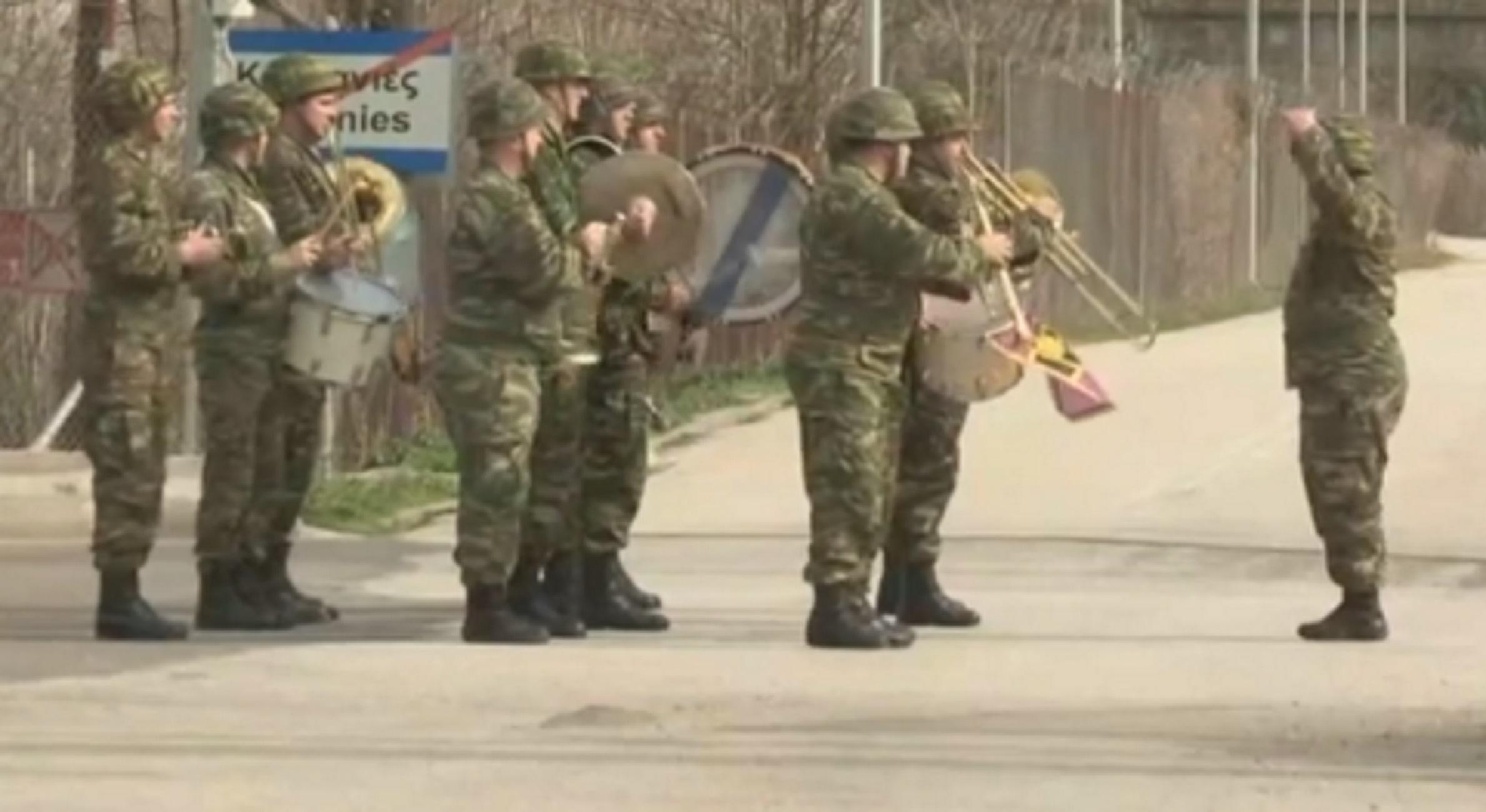Έβρος: Η στιγμή που η μπάντα του στρατού εμψυχώνει τις ελληνικές δυνάμεις στις Καστανιές (Βίντεο)