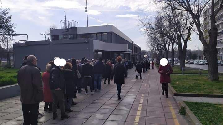 Θεσσαλονίκη: Περίμεναν με τις ώρες για να πληρώσουν τον λογαριασμό! Η ουρά μεγάλωνε με το πέρασμα της ώρας (Φωτό)