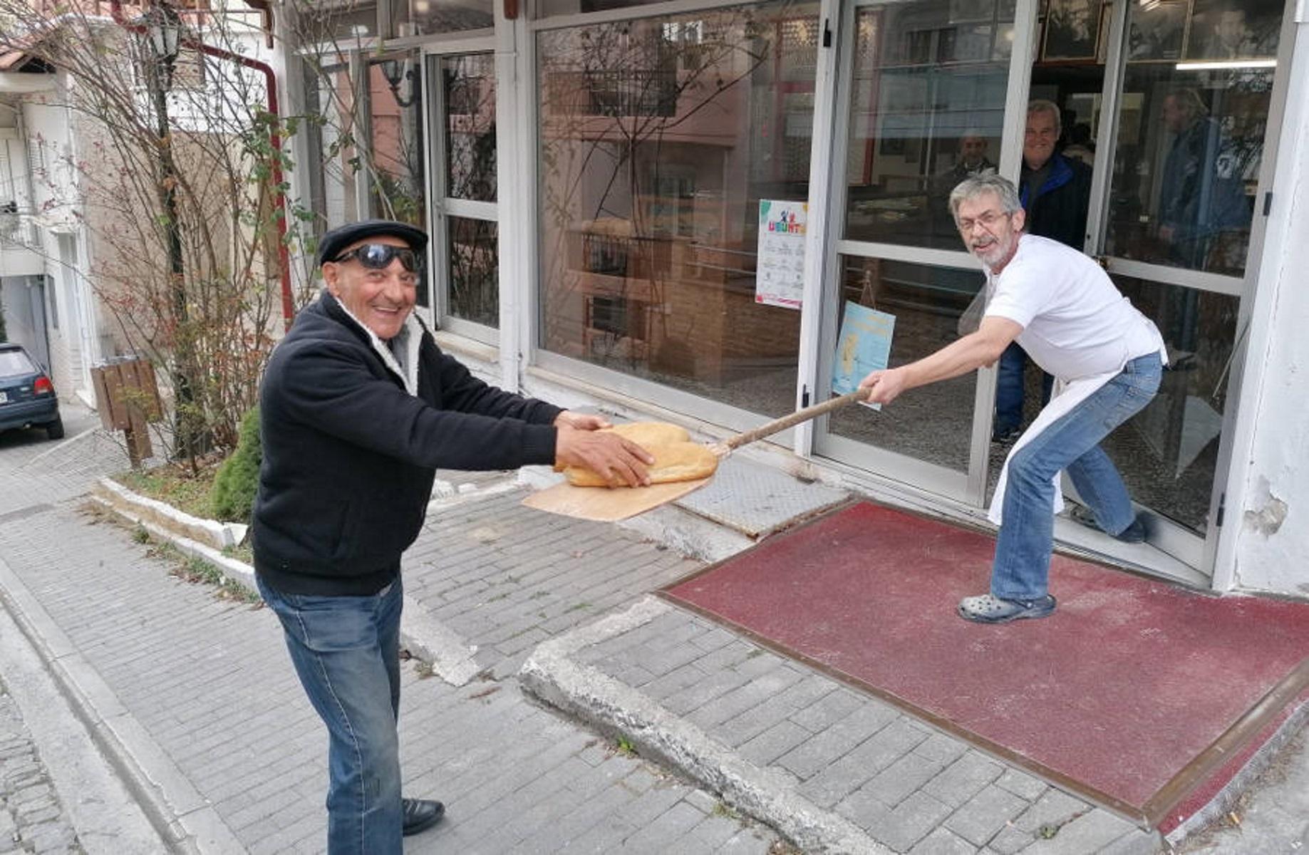 Κοζάνη: Πουλάει το ψωμί… αλλιώς, για να προστατευτεί από τον κορονοϊό!