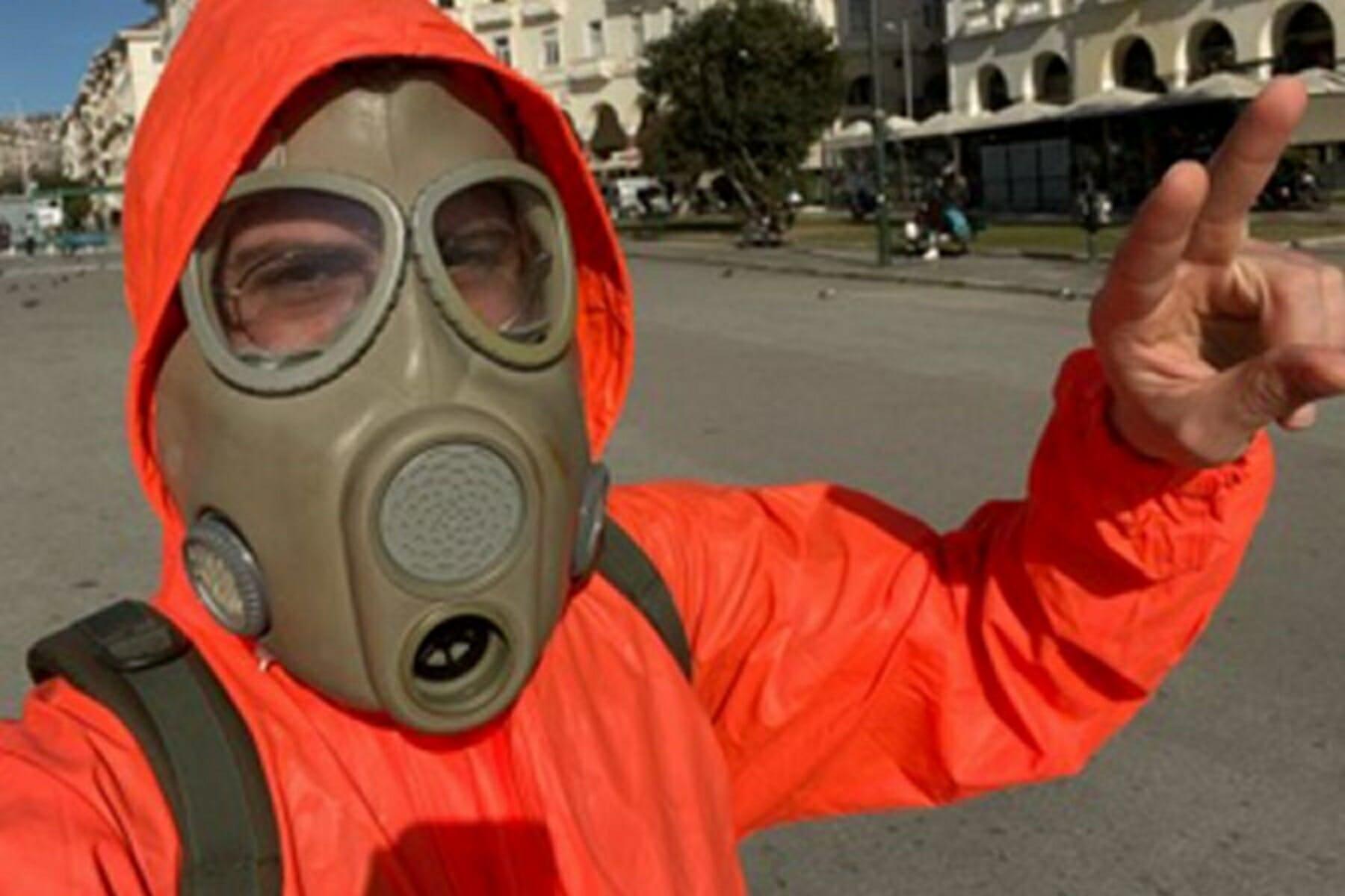 Θεσσαλονίκη: Πήγε για καφέ με φόρμα χημικής προστασίας… λόγω κορονοϊού! video