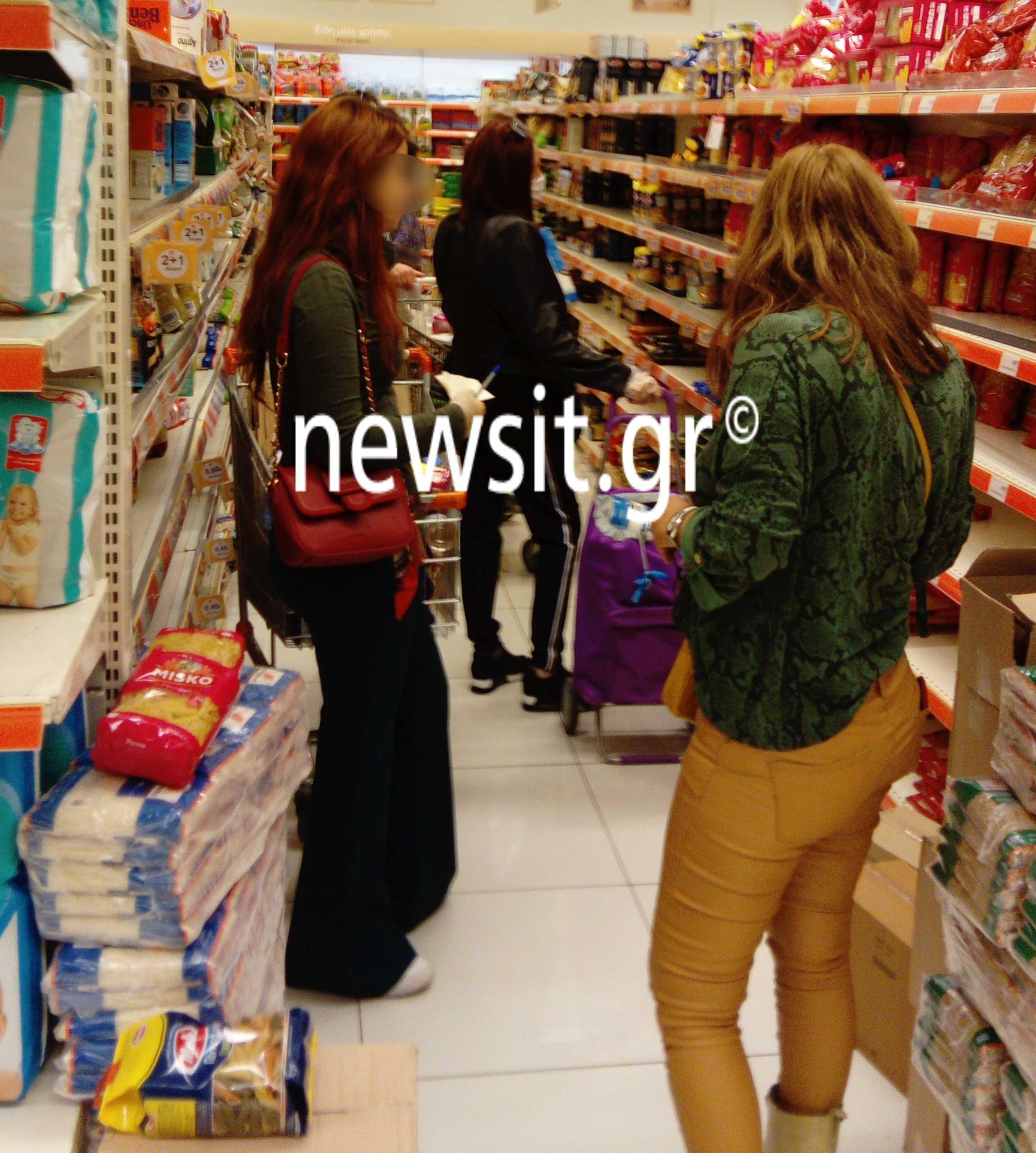 Ο απόλυτος παραλογισμός! Αδειάζουν τα ράφια οι Έλληνες -Ο ένας πάνω στον άλλον στα σούπερ μάρκετ και τα μέτρα για τον κορονοϊό... πάνε περίπατο (εικόνες)