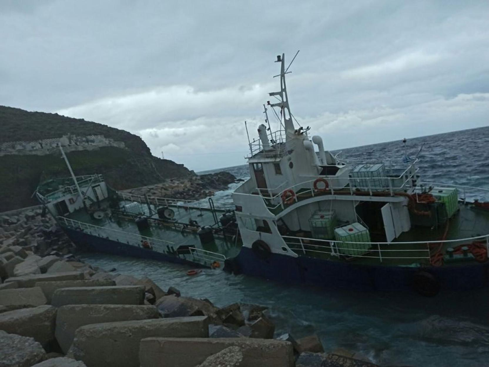 Ρυμουλκό στην Κέα για το πλοίο με τους 123 μετανάστες που προσάραξε στο νησί [pic]