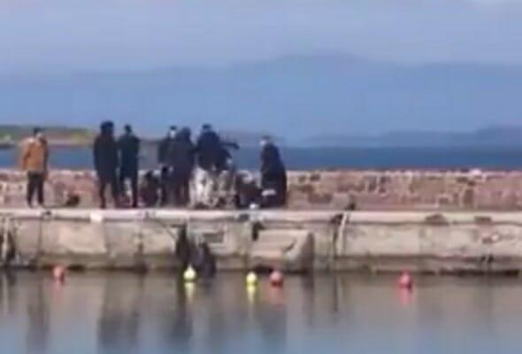 Εικόνες ντροπής στη Μυτιλήνη! Ξυλοκόπησαν φωτορεπόρτερ στο λιμάνι της Θερμής - Video