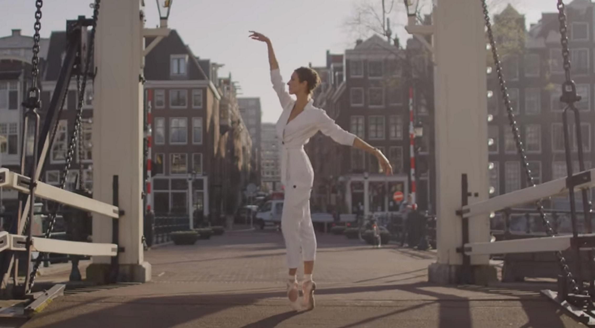 Άμστερνταμ: Μπαλαρίνες ξεχύθηκαν στους άδειους δρόμους