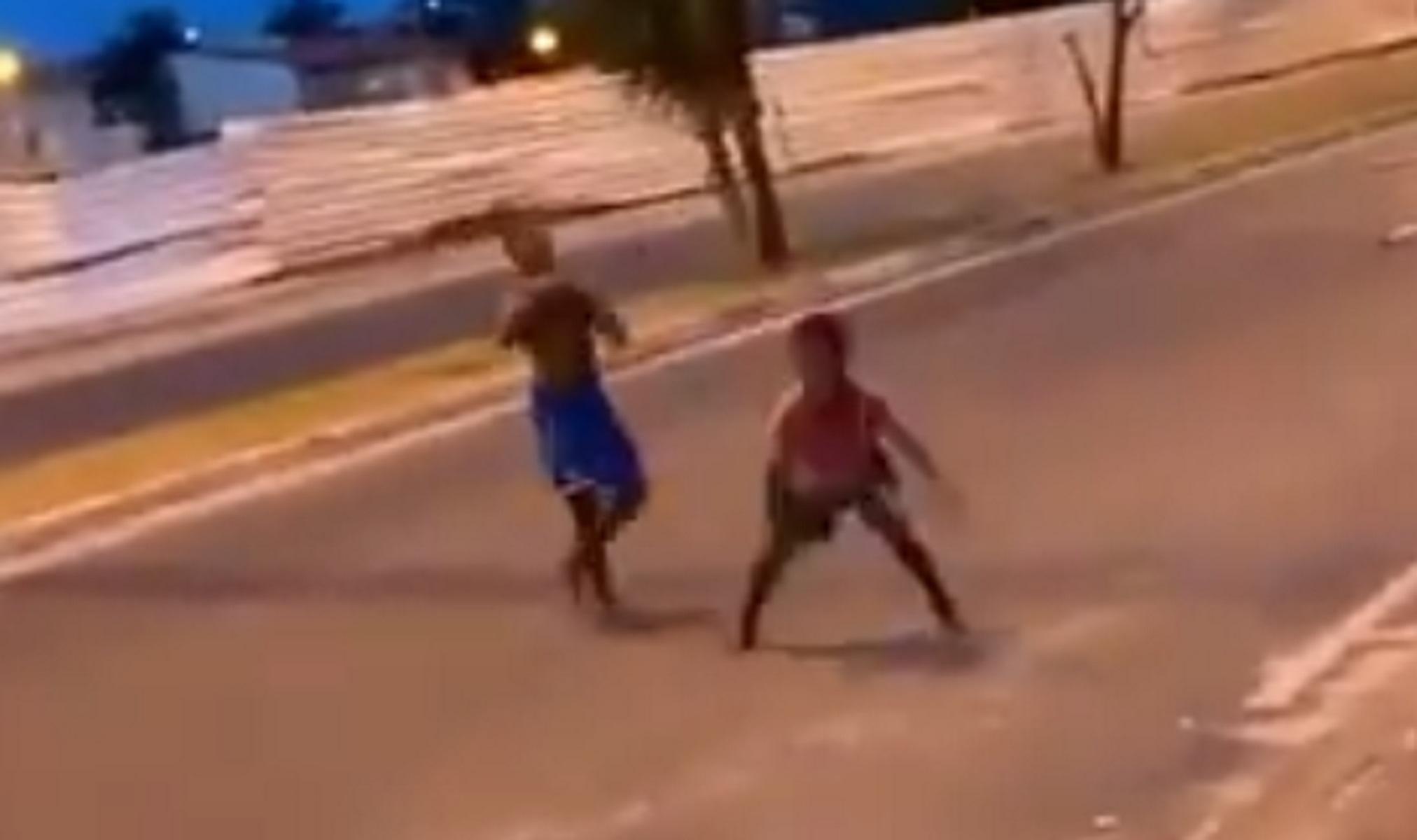 Απίστευτο γκολ από ξυπόλητο Βραζιλιάνο πιτσιρικά σε ματς στο δρόμο (video)