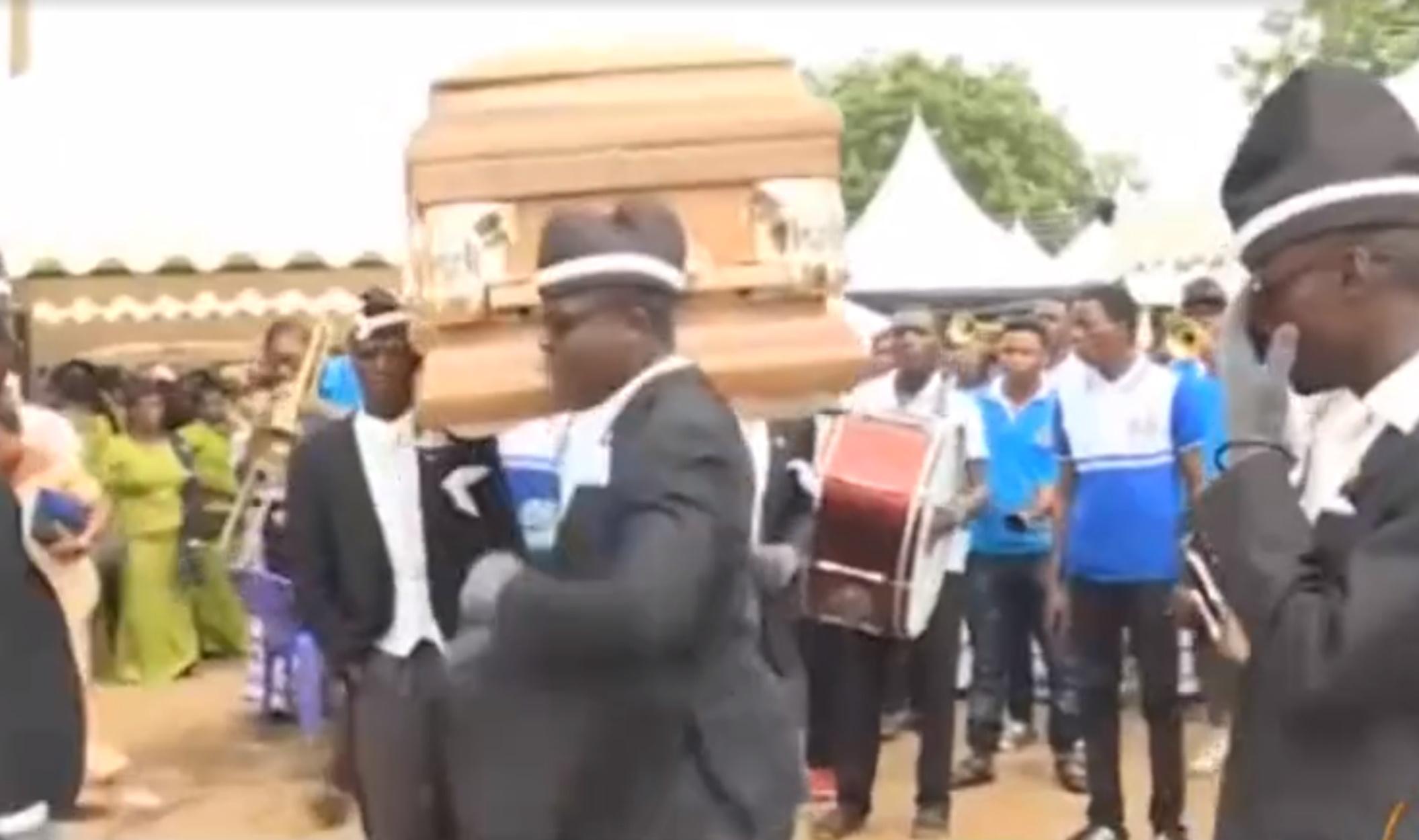 Σε αυτή τη χώρα χορεύουν στις κηδείες για έναν απίστευτο λόγο