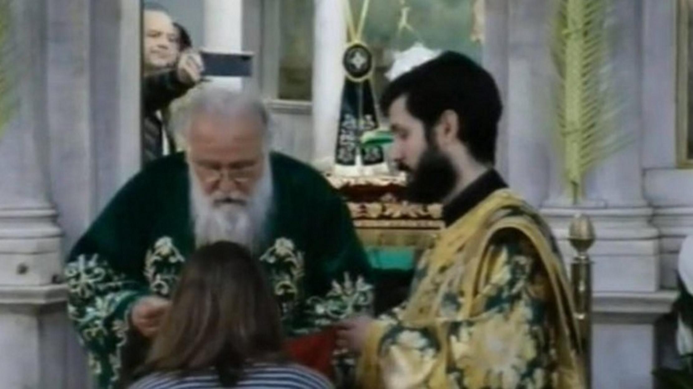 Κέρκυρα: Θεία κοινωνία στον Ι.Ν Αγίου Σπυρίδωνος εν μέσω κορονοϊού