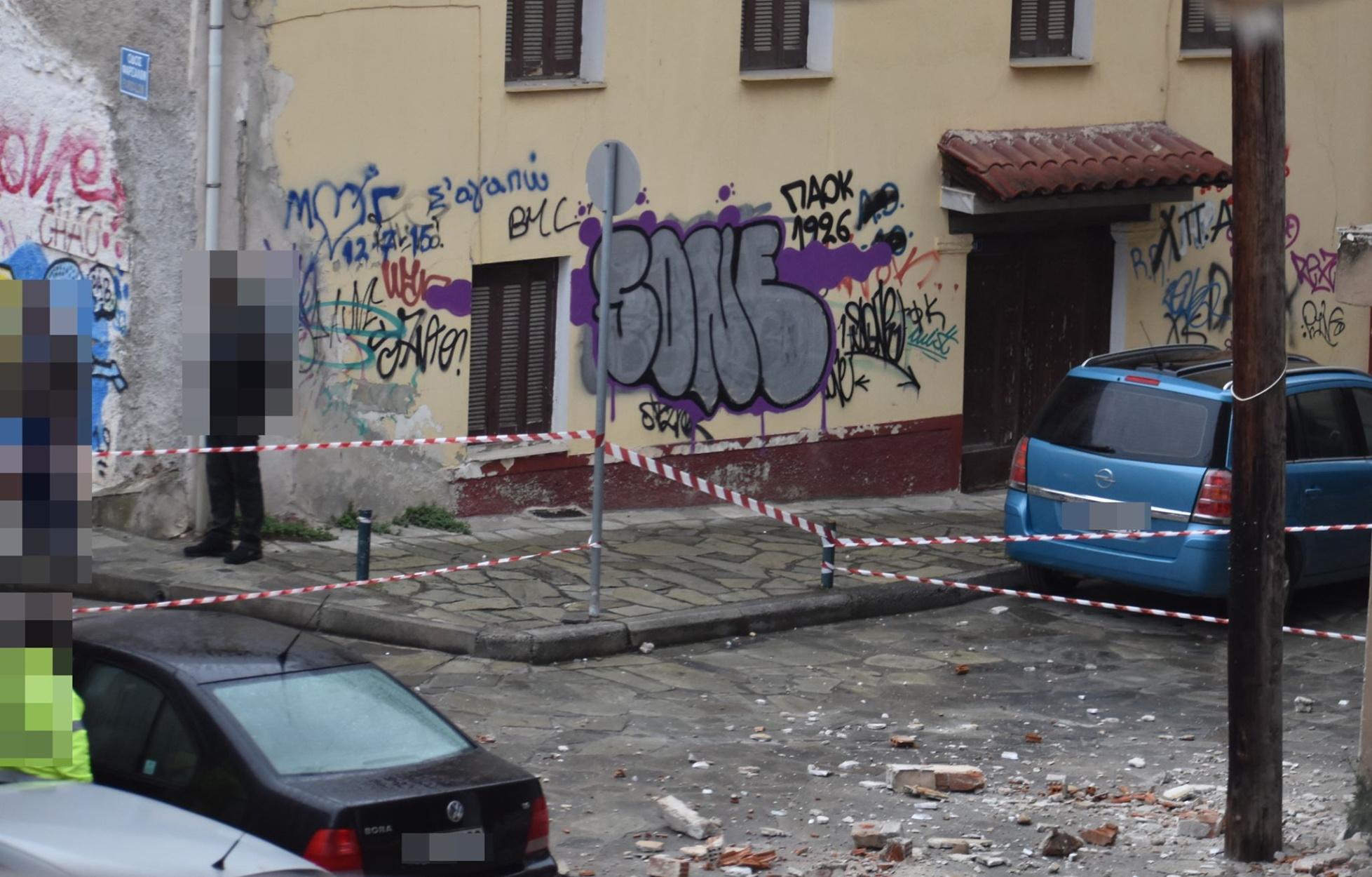 Είχαν Άγιο! Έπεσαν τούβλα και σοβάδες από μπαλκόνι οικοδομής (pics)
