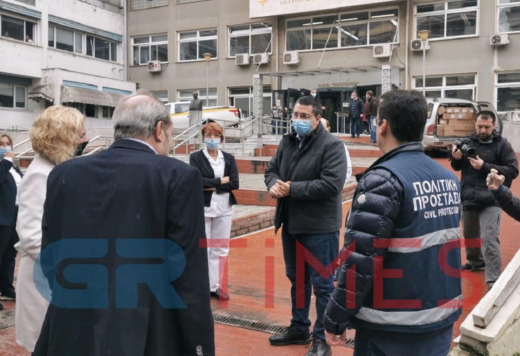 """Τζιτζικώστας: Πρόσφερε χιλιάδες προστατευτικές μάσκες και γάντια στο """"Θεαγένειο"""" (video)"""