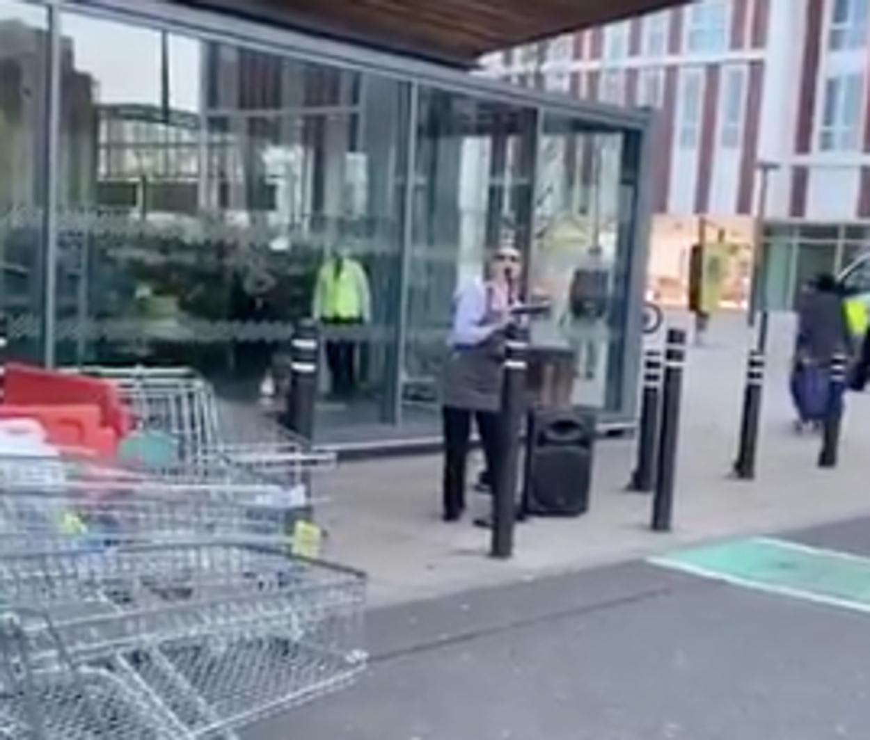 Η υπάλληλος του σούπερ μάρκετ που μάγεψε με την φωνή της όσους περίμεναν στην ουρά