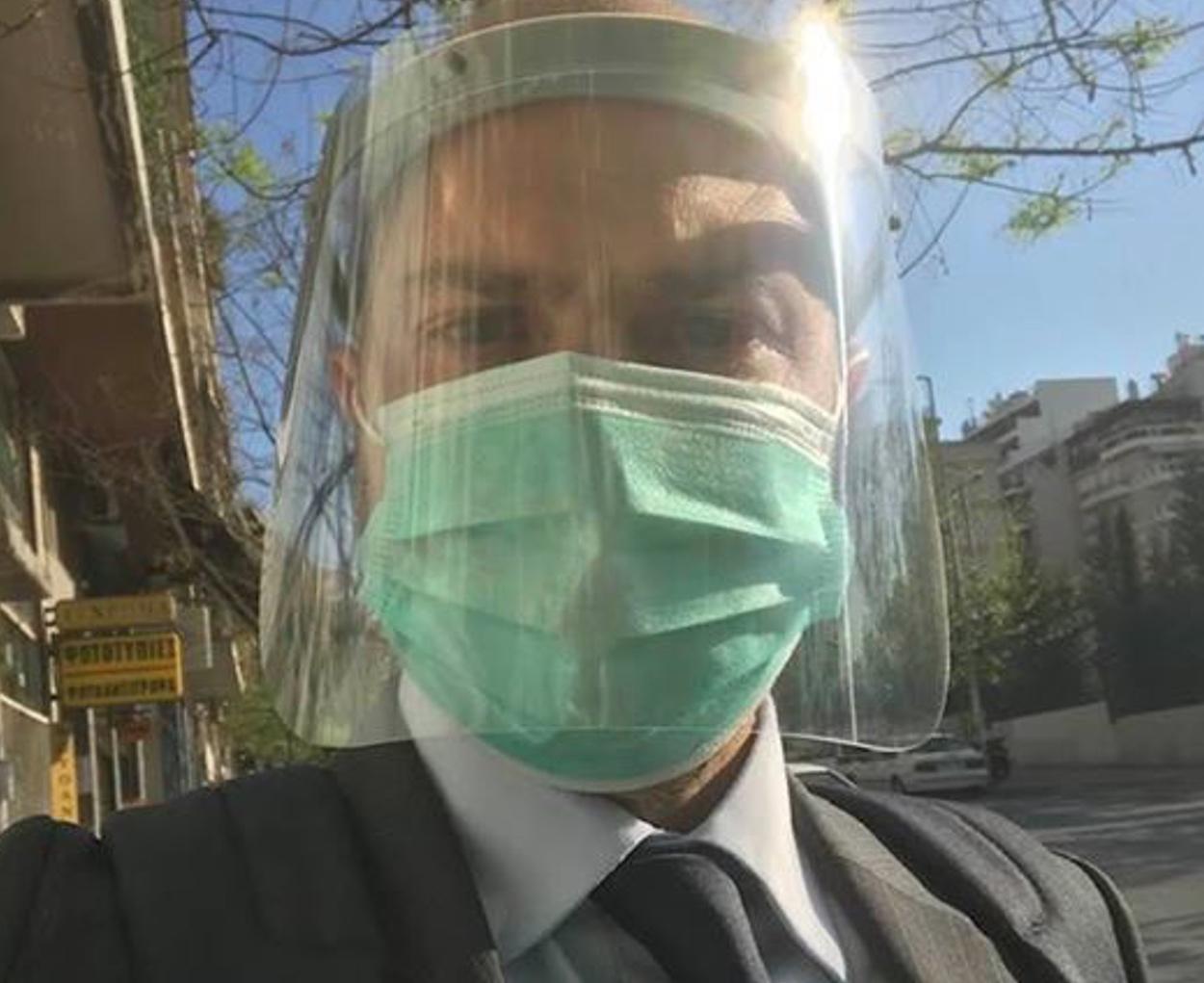 Με ειδικό υαλόφρακτο και μάσκα σήμερα στο Εφετείο γνωστός δικηγόρος