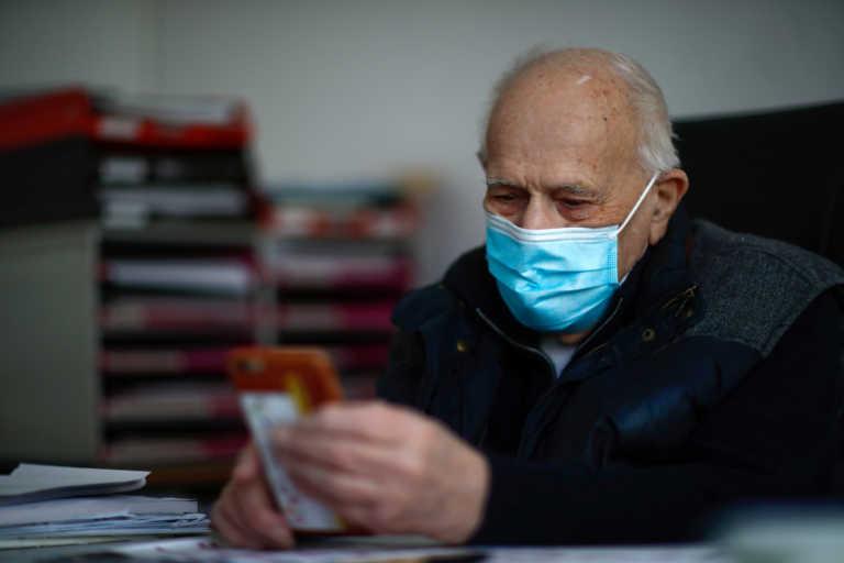 Κορονοϊός: 98χρονος γιατρός συνεχίζει να εργάζεται αψηφώντας τον κίνδυνο
