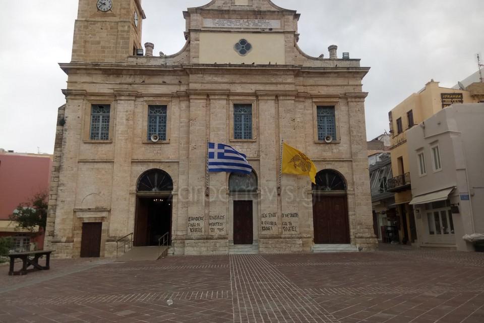 Κρήτη: Οργή για τα συνθήματα σε είσοδο εκκλησίας! Οι λιγοστοί περαστικοί προσπαθούσαν να πιστέψουν στα μάτια τους
