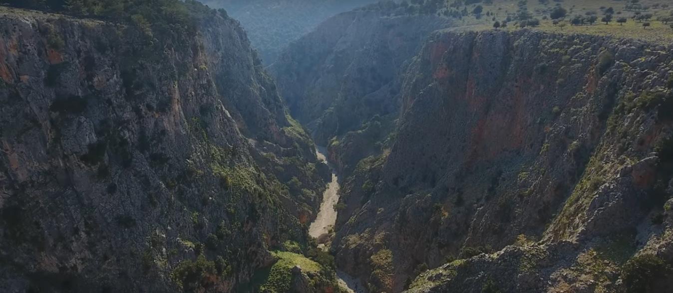 Σφακιά: Ταξίδι στο Grand Canyon της Ελλάδας! Μαγικές εικόνες από το χωριό που ερημώνει (Βίντεο)