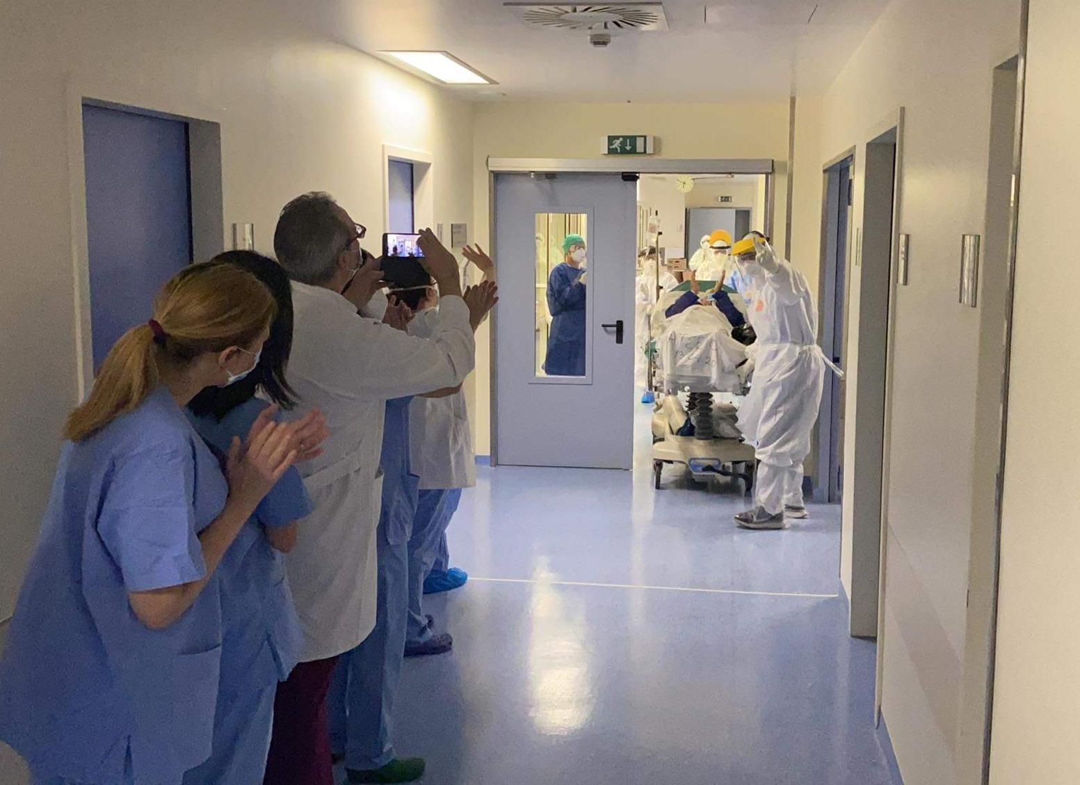 «Γεια σου κύριε Γιώργο!» Ασθενής με κορονοϊό βγαίνει από την ΜΕΘ στο Θριάσιο και όλοι ξεσπούν σε χειροκροτήματα! (vid)