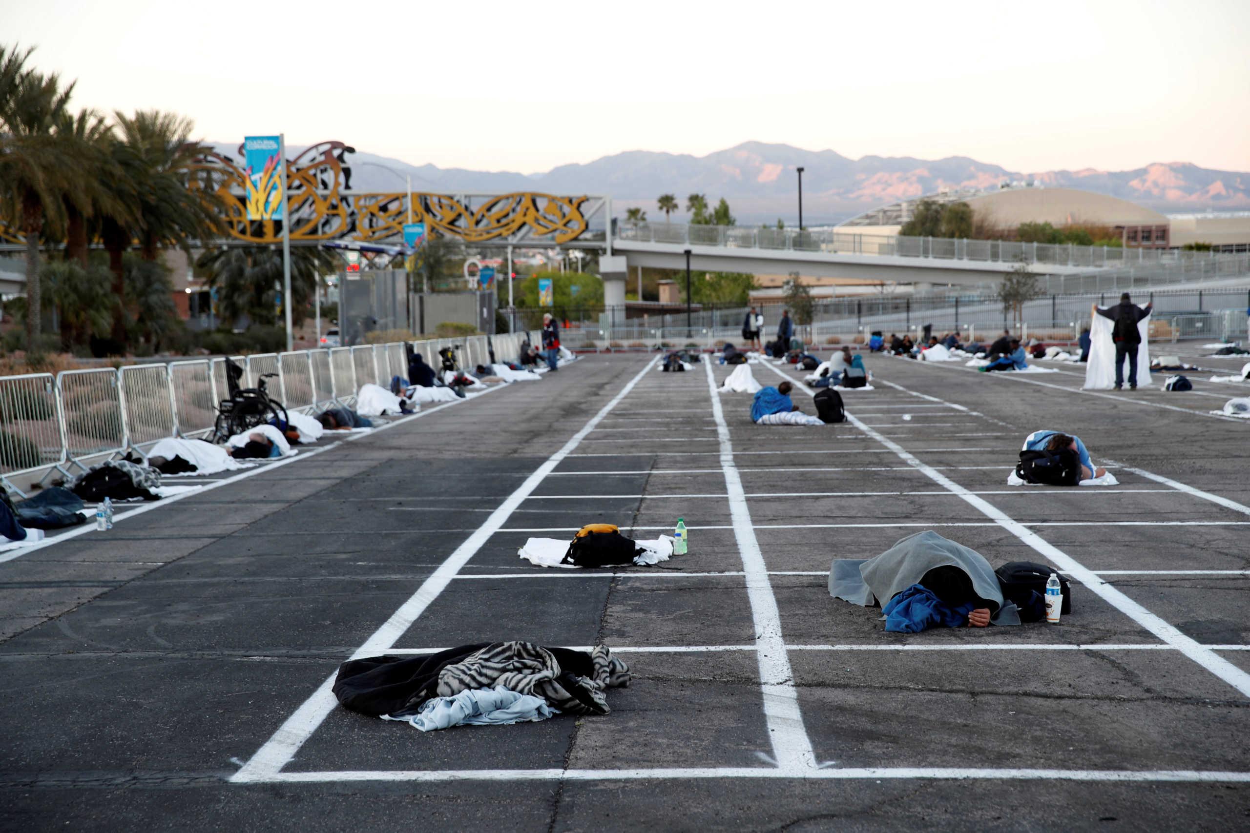 Εικόνα γροθιά στο στομάχι: Άστεγοι κοιμούνται με απόσταση 2 μέτρων σε ανοικτό πάρκινγκ στο Λας Βέγκας