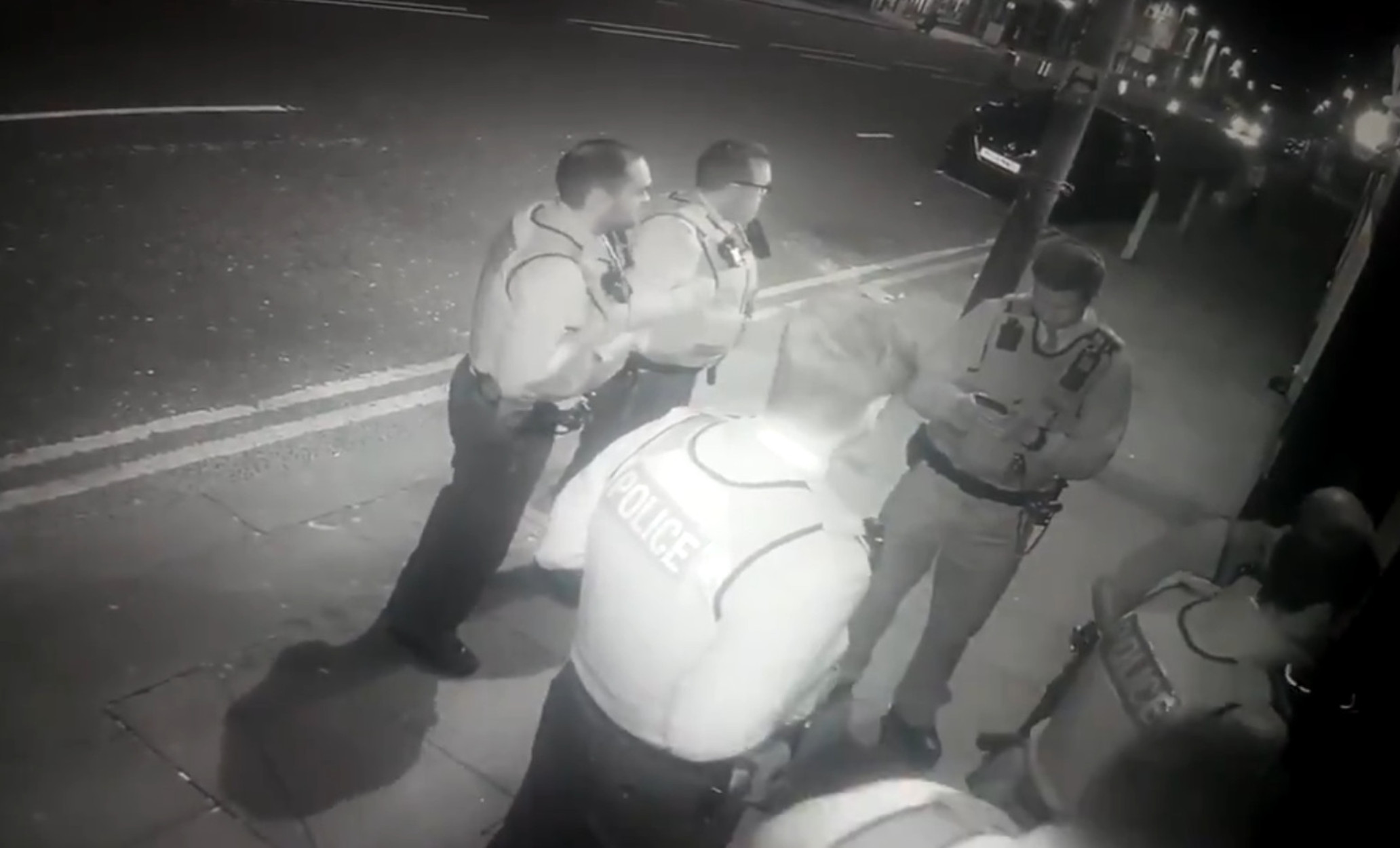 Λίβερπουλ: Απίστευτη γκάφα! 200 αστυνομικοί μπούκαραν σε… κλειστό comedy club (video)