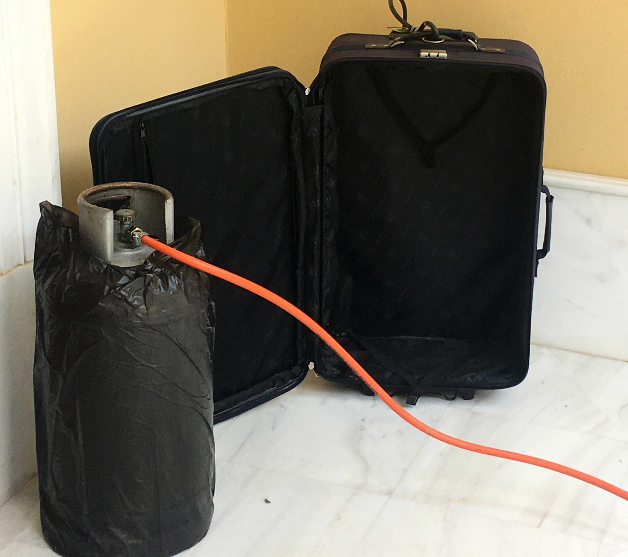 Αυτή είναι η φιάλη και η βαλίτσα που σήμαναν συναγερμό στη Μονή Πετράκη (pics)