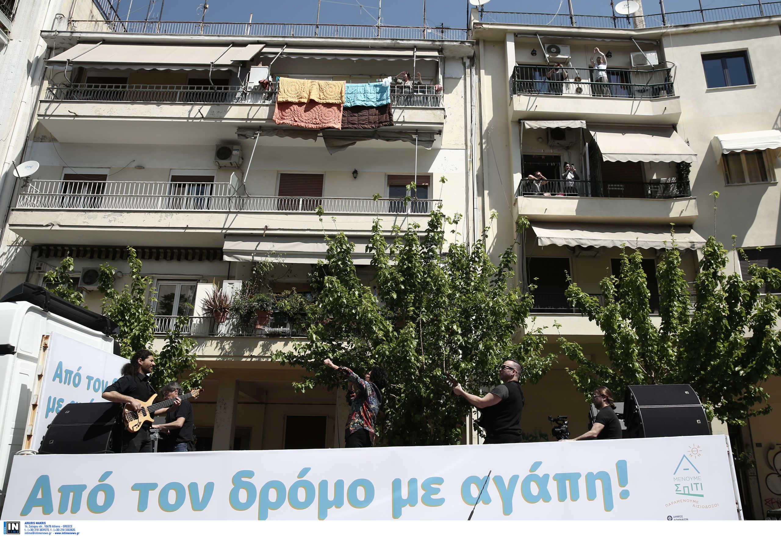 Η Πρωτοψάλτη πάνω σε φορτηγό… τραγούδησε στους δρόμους της Αθήνας! (Pics, video)