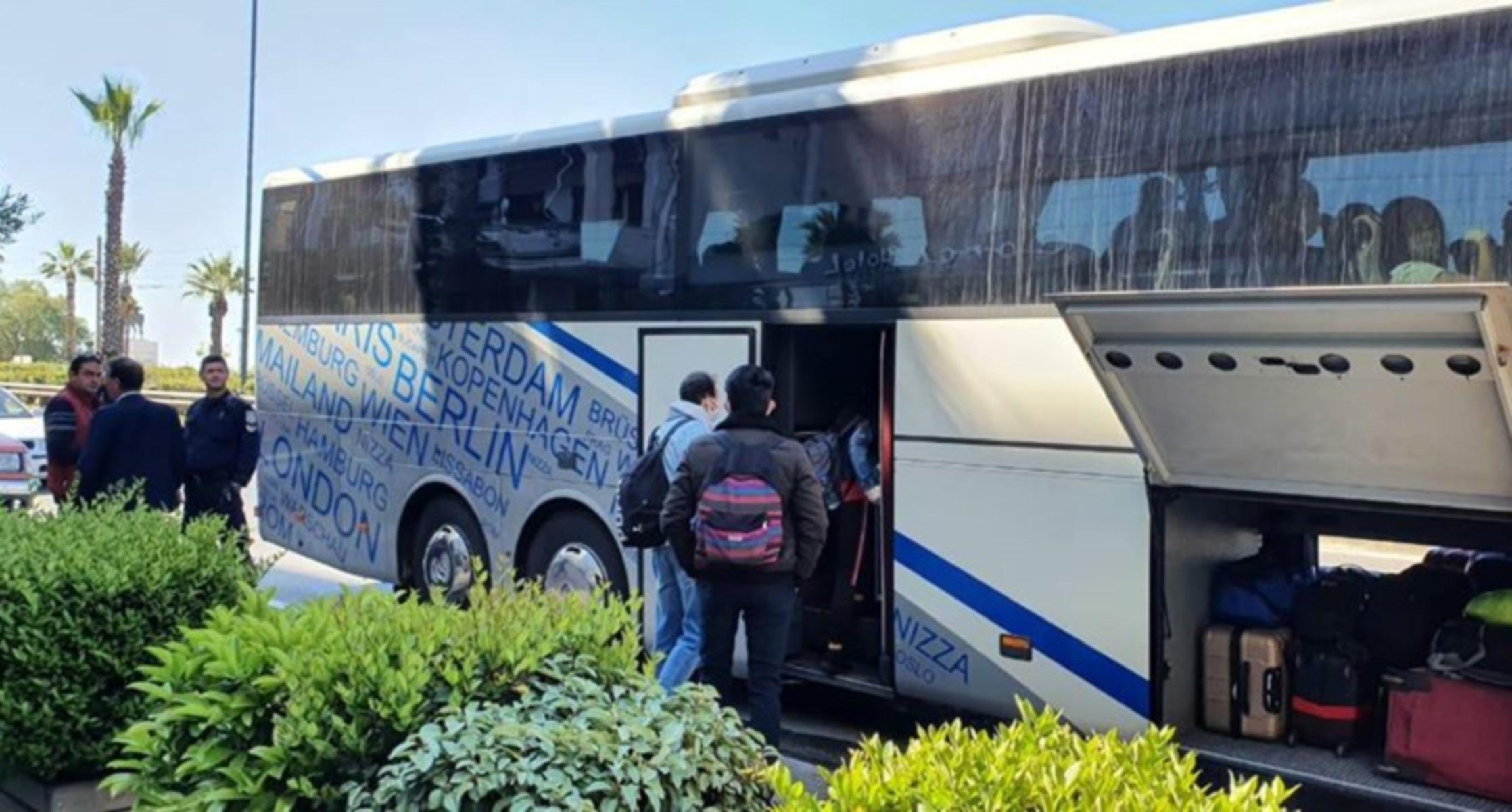 """Επέστρεψαν στην Τουρκία οι 160 επιβάτες του """"Ελευθέριος Βενιζέλος"""" που ήταν σε καραντίνα (pics)"""