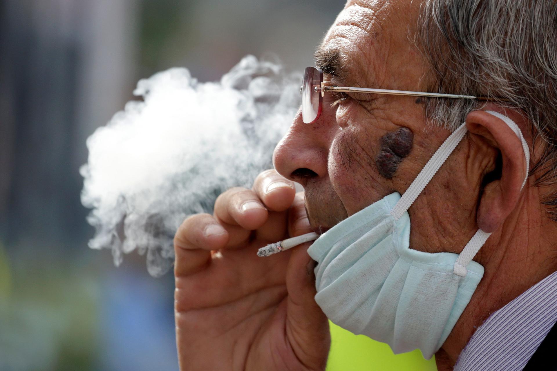 Επιστήμονες προειδοποιούν: Αυξημένο κίνδυνο οι καπνιστές από τον κορονοϊό
