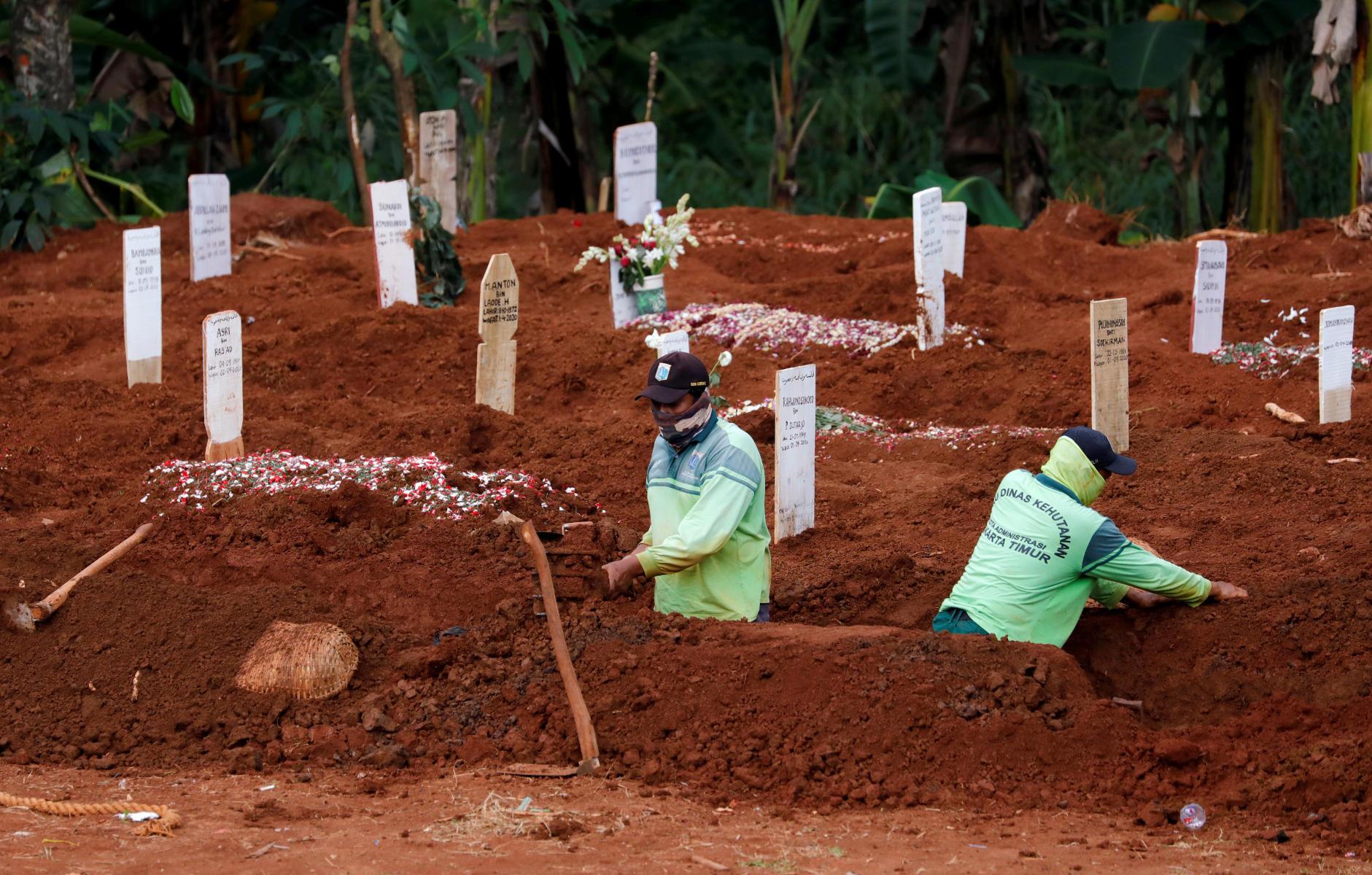 Κορονοϊός: Δήμαρχος ανοίγει τάφους για να πείσει τους πολίτες να τηρήσουν τα μέτρα