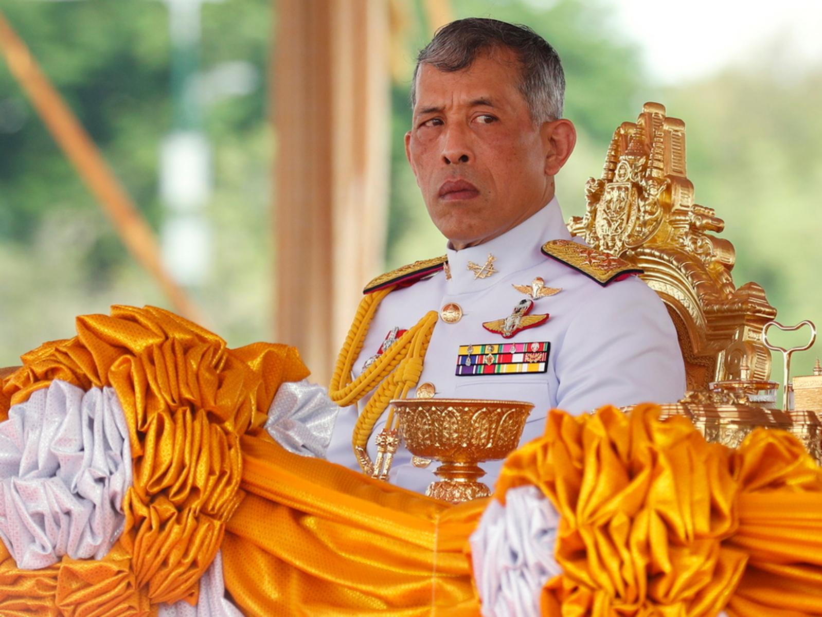 Με χαρέμι και πτήσεις με πολυτελές τζετ η καραντίνα του βασιλιά της Ταϊλάνδης