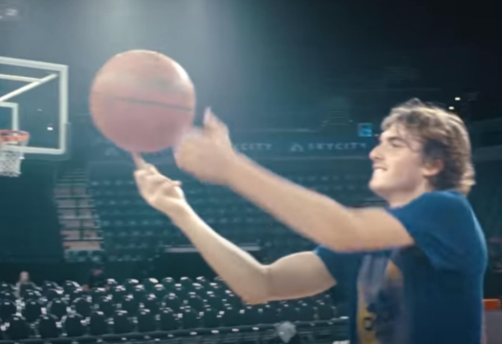 Ο νεαρός Τσιτσιπάς δείχνει το ταλέντο του στο μπάσκετ (video)