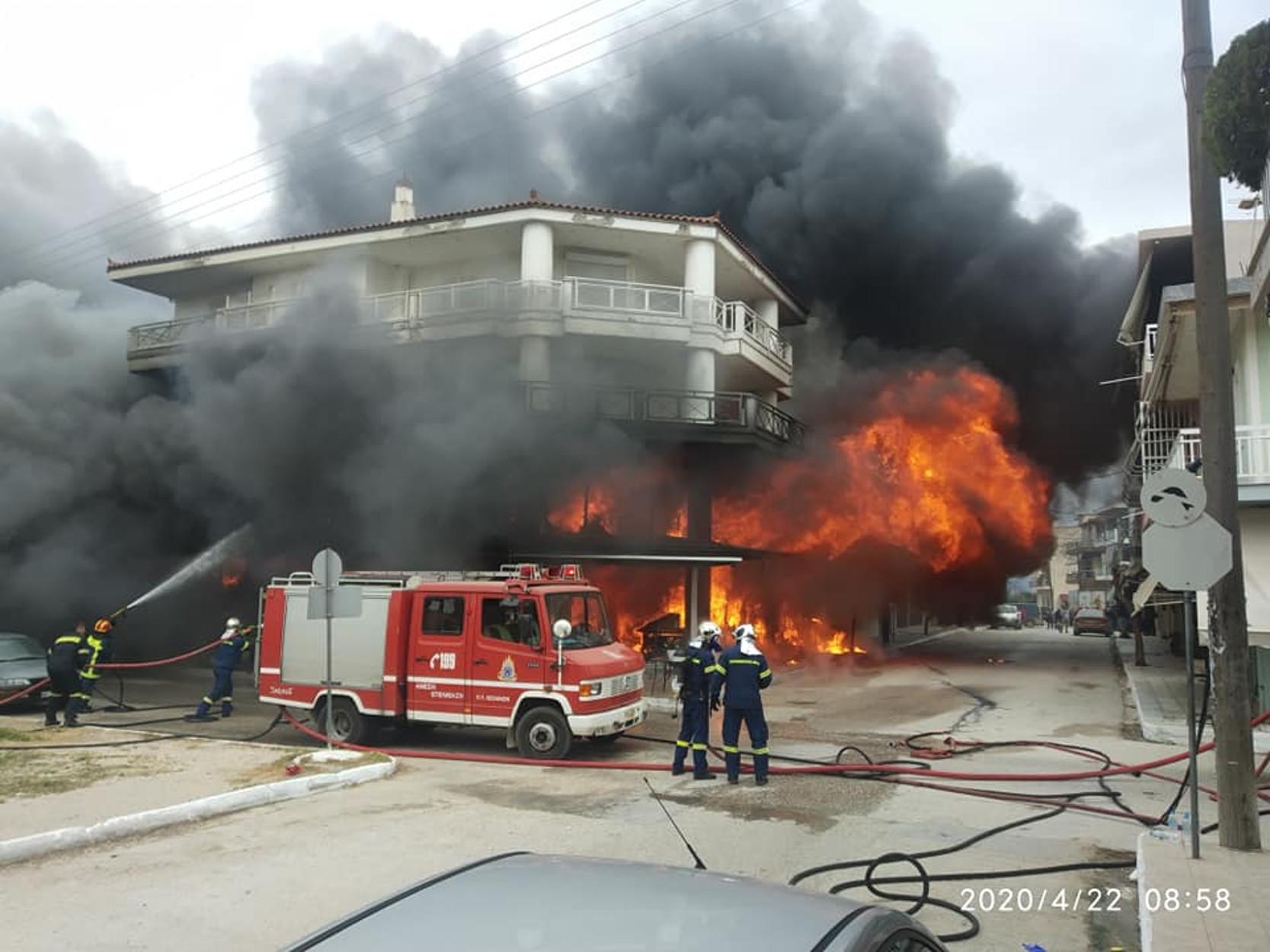 Ηλεία: Φωτιά σε μαγαζί στην Βάρδα! Μάχη της Πυροσβεστικής (pics, video)