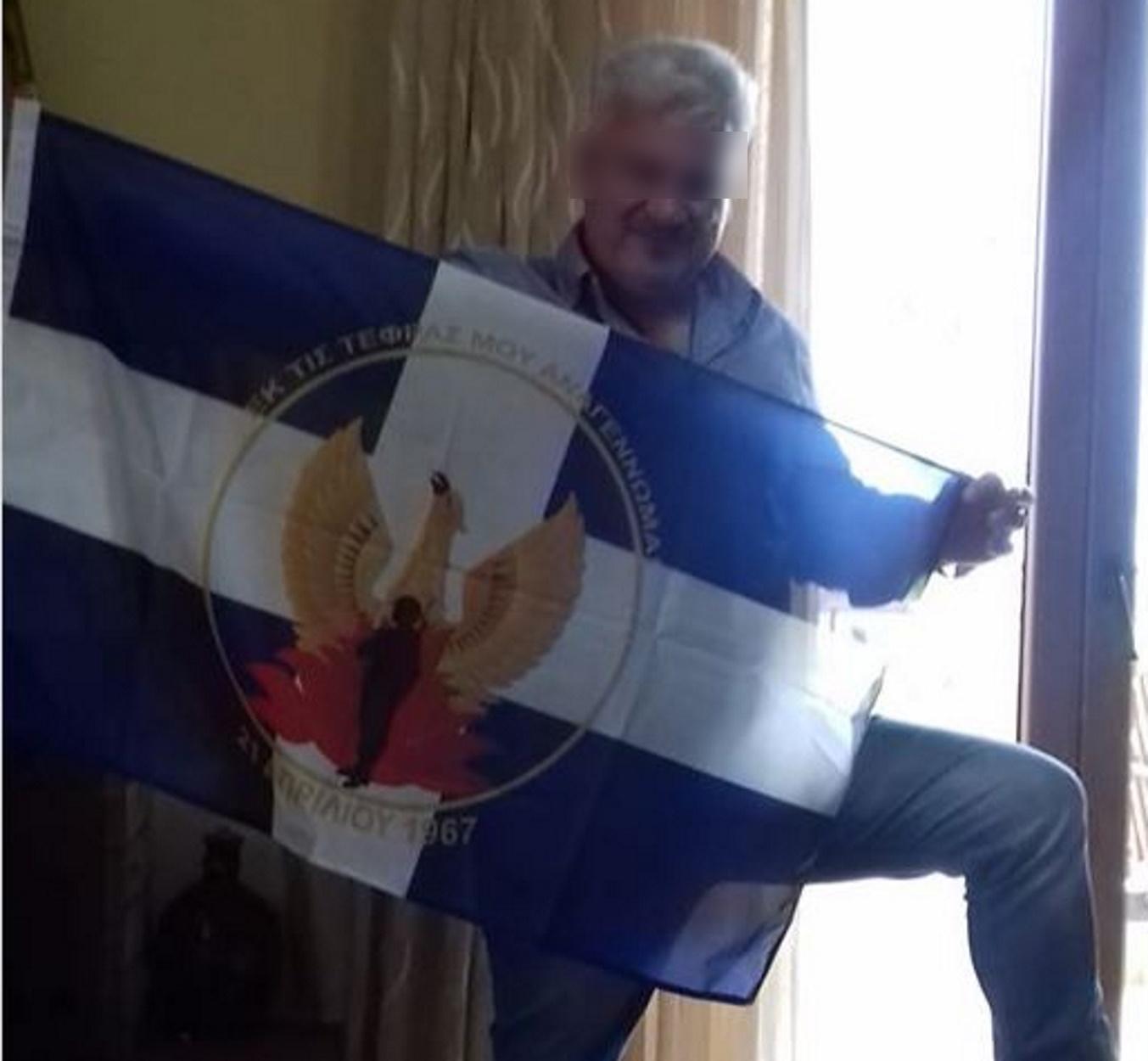 """Διαγράφηκε από τη ΝΔ ο αντιδήμαρχος Στυλίδας – Τον """"έκαψε"""" η φωτογραφία με τη σημαία της Χούντας"""