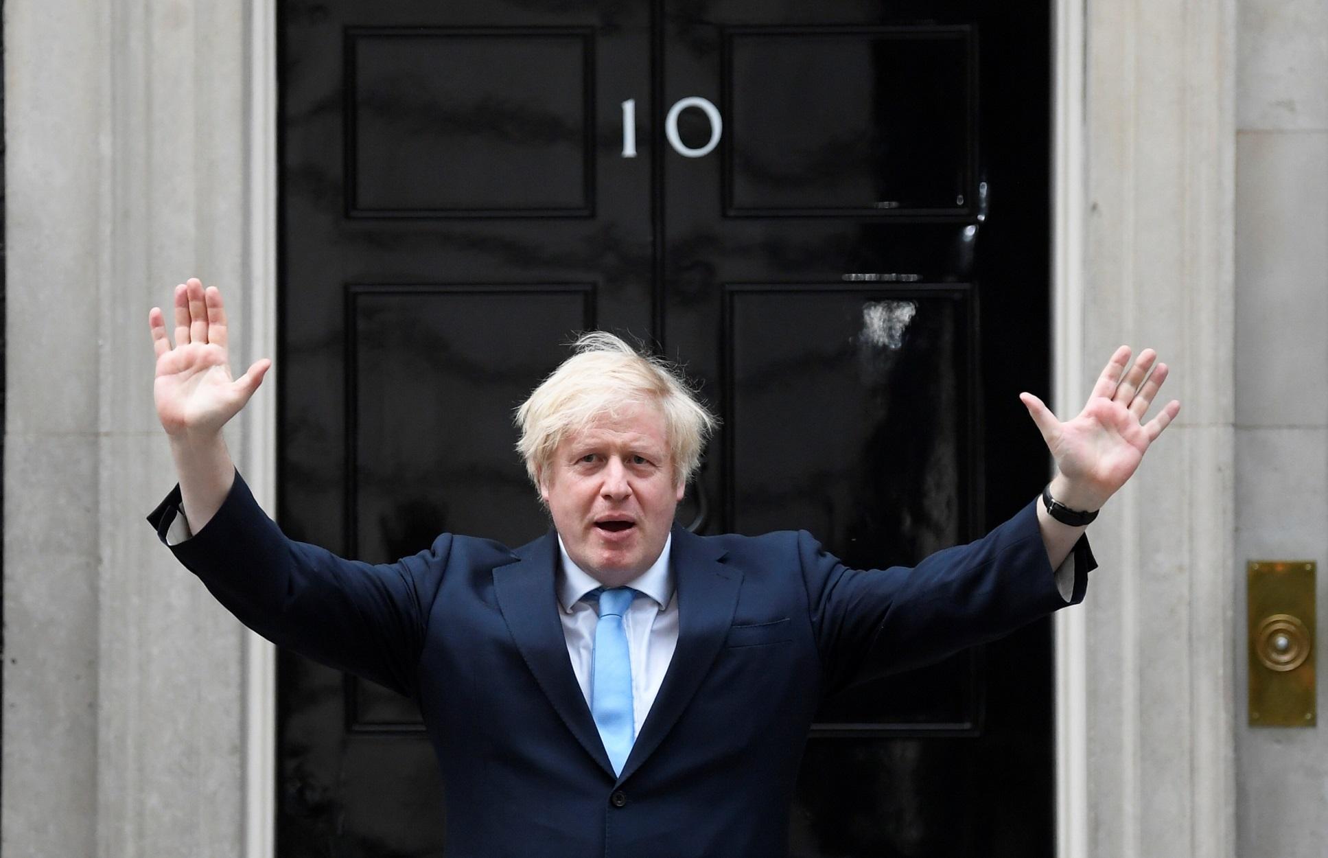 """Τζόνσον: Το σχέδιο για να """"σώσει"""" τα Χριστούγεννα – Νέα μέτρα για 2 εκατομμύρια Βρετανούς"""