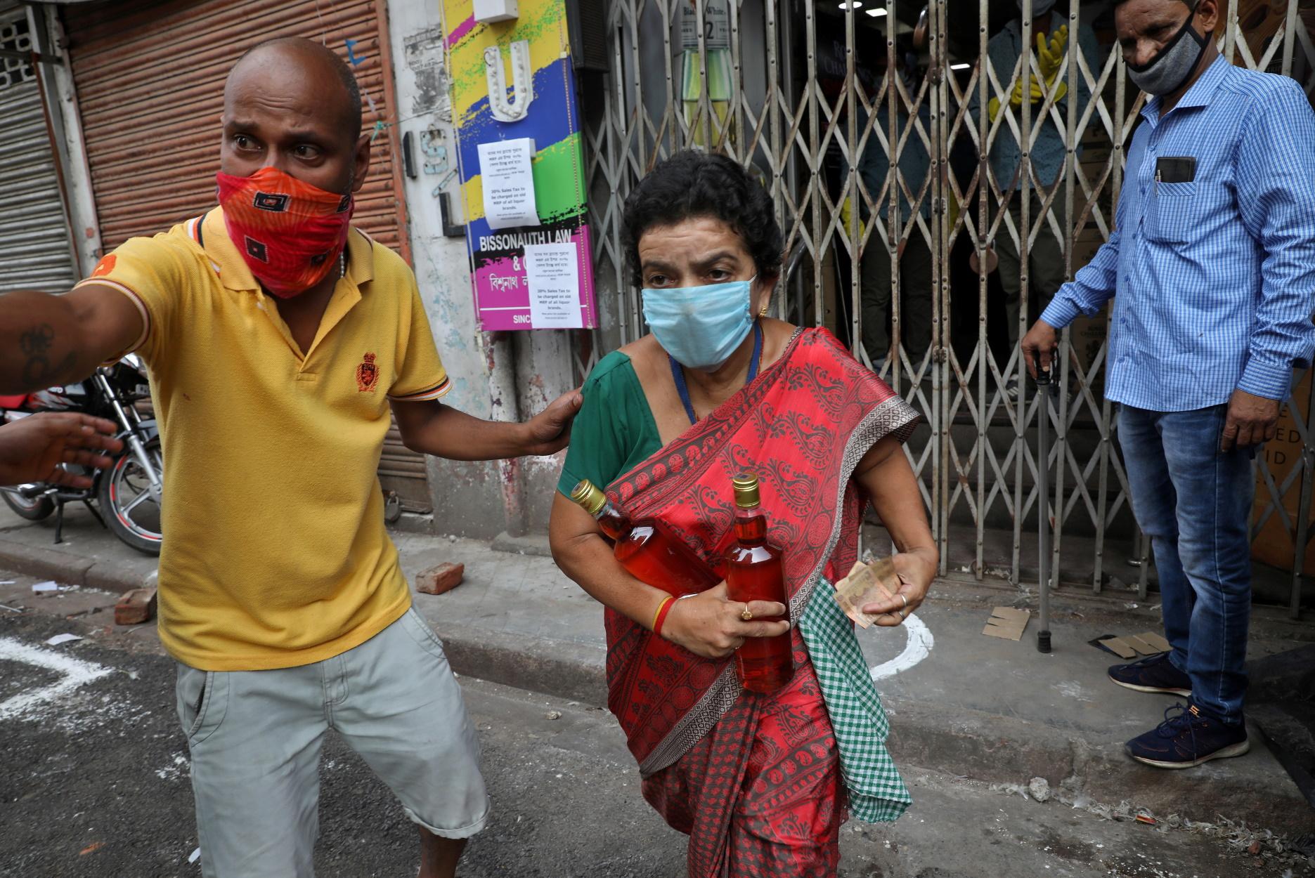 Ινδία: Ουρές για αγορά αλκοόλ μετά την καραντίνα – Επεισόδια με την αστυνομία