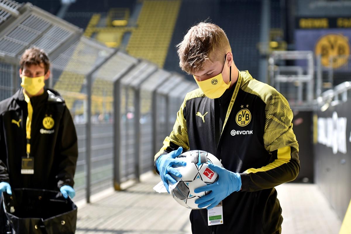 Bundesliga: Άδειες εξέδρες, μάσκες, γάντια και απολύμανση! (pics)