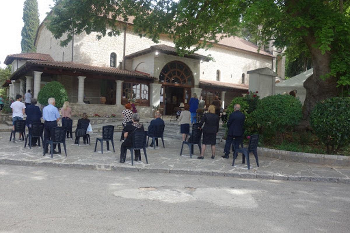 Ιωάννινα: Προσευχή με… αποστάσεις και αντισηπτικά (pics)