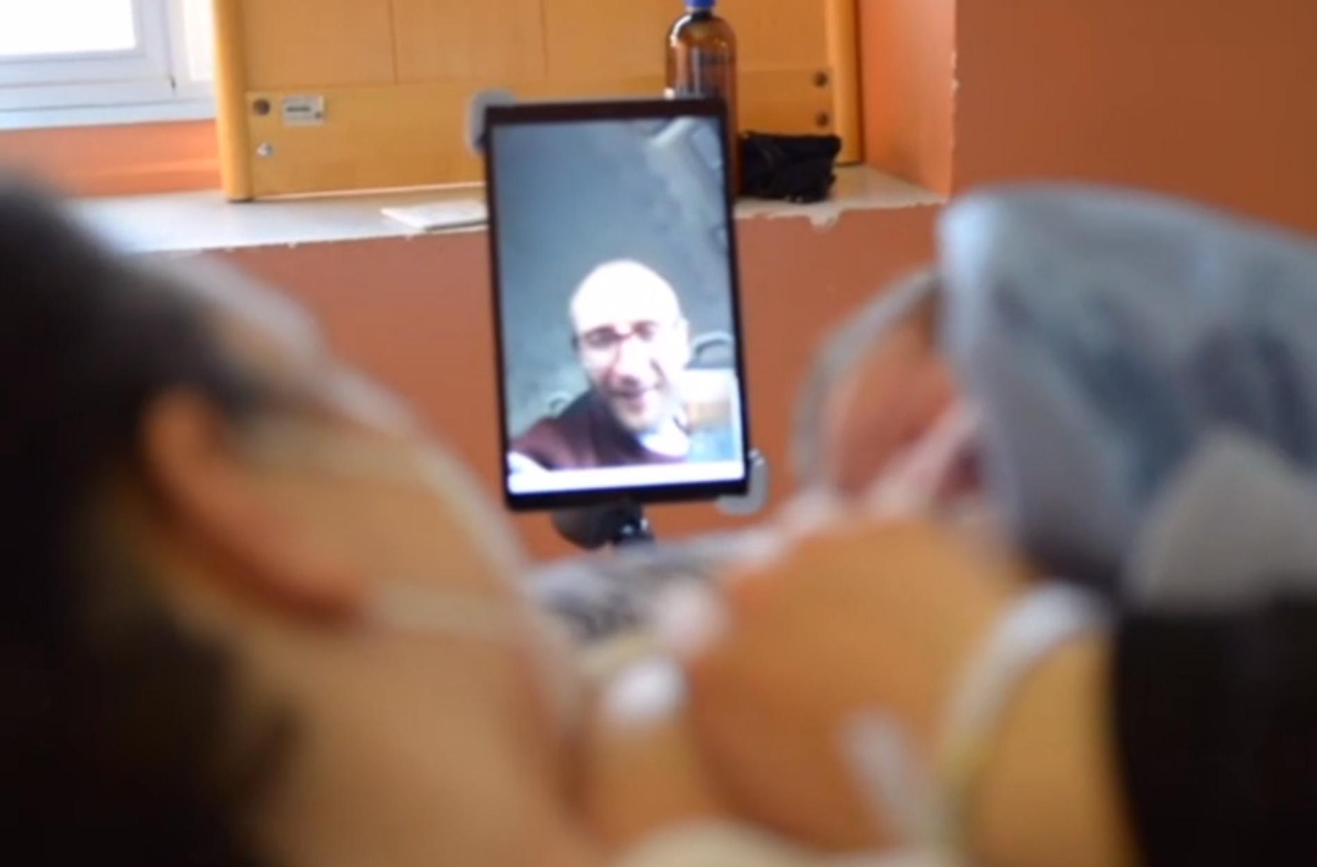 Γένοβα: Μπαμπάδες παρόντες στη γέννα μέσω… βιντεοκλήσης