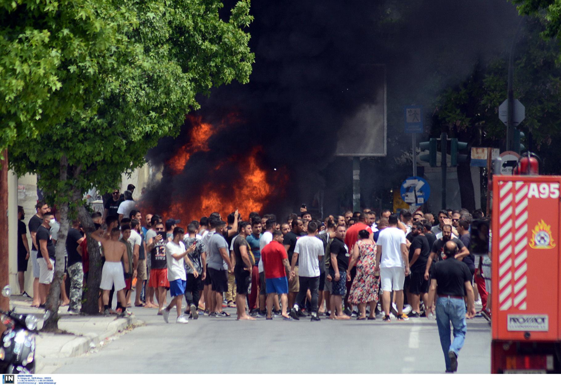 Λάρισα: Επιθέσεις σε δημοσιογράφους και σε Αγοραστό, Καλογιάννη στον οικισμό των Ρομά (pics, video)
