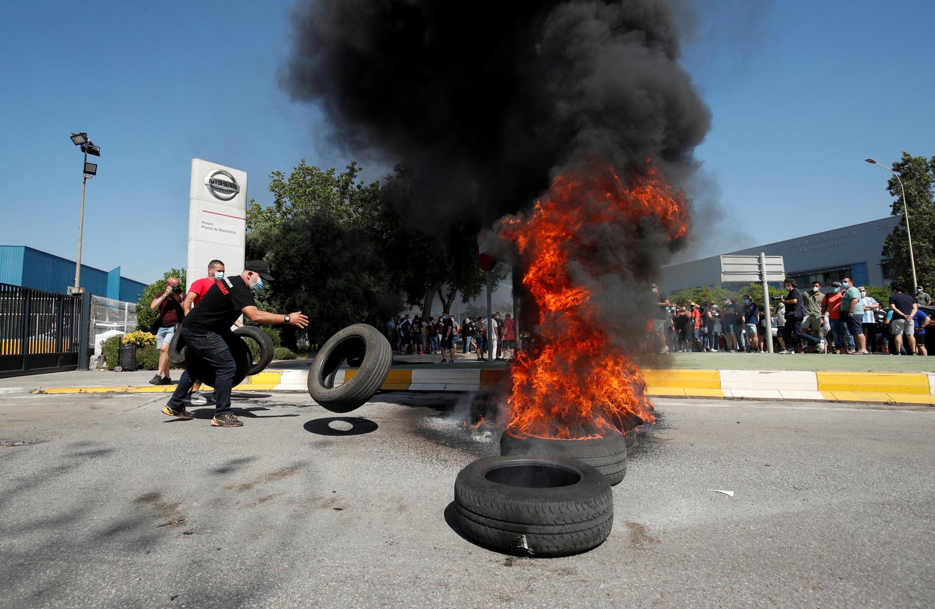 Βαρκελώνη: Καμμένα ελαστικά και πολεμικά συνθήματα για το λουκέτο στο εργοστάσιο της Nissan (pics)