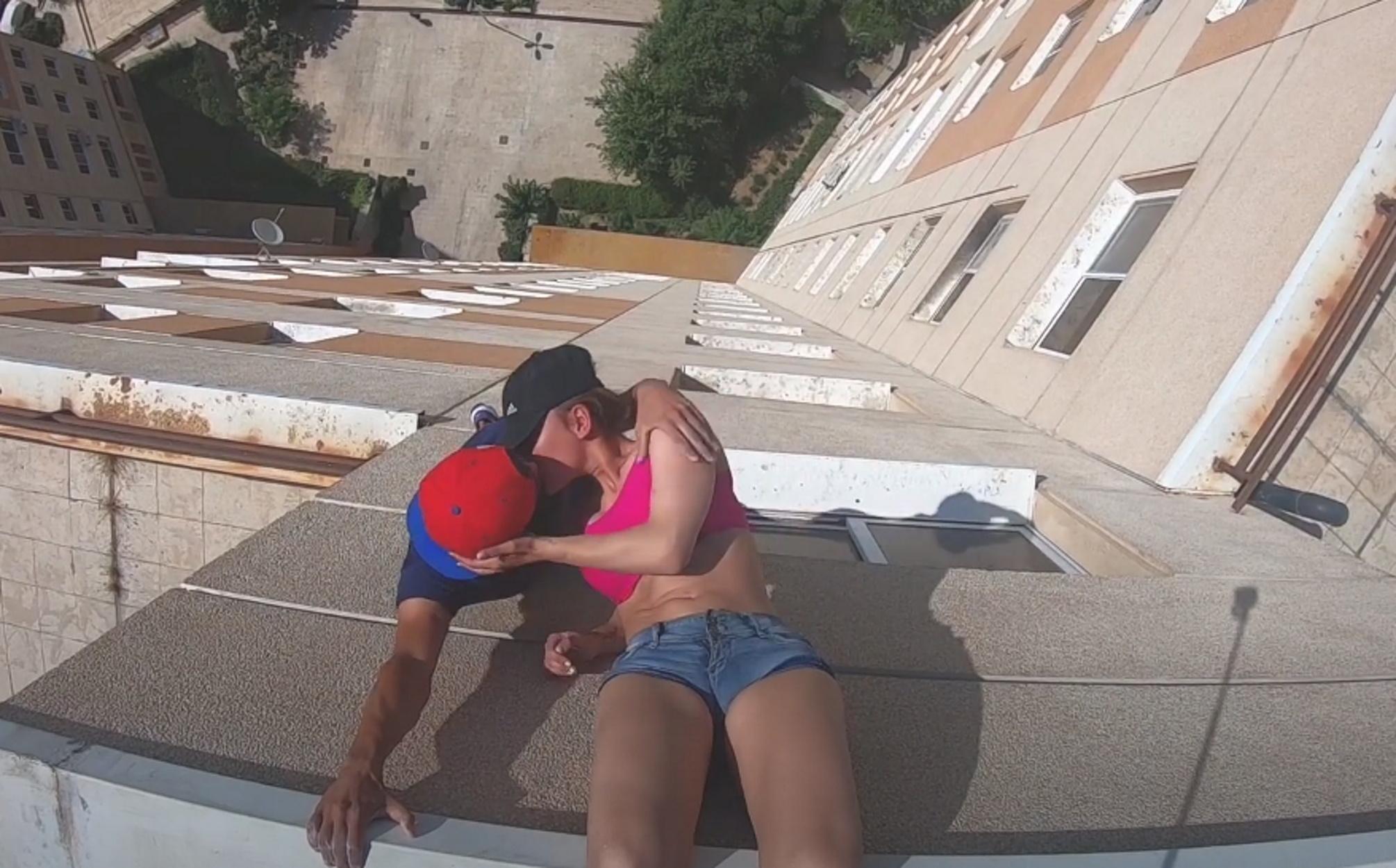 Ιράν: Αθλητής του παρκούρ ανέβασε φωτογραφίες του να φιλάει γυναίκα σε στέγες σπιτιών και συνελήφθη (video)