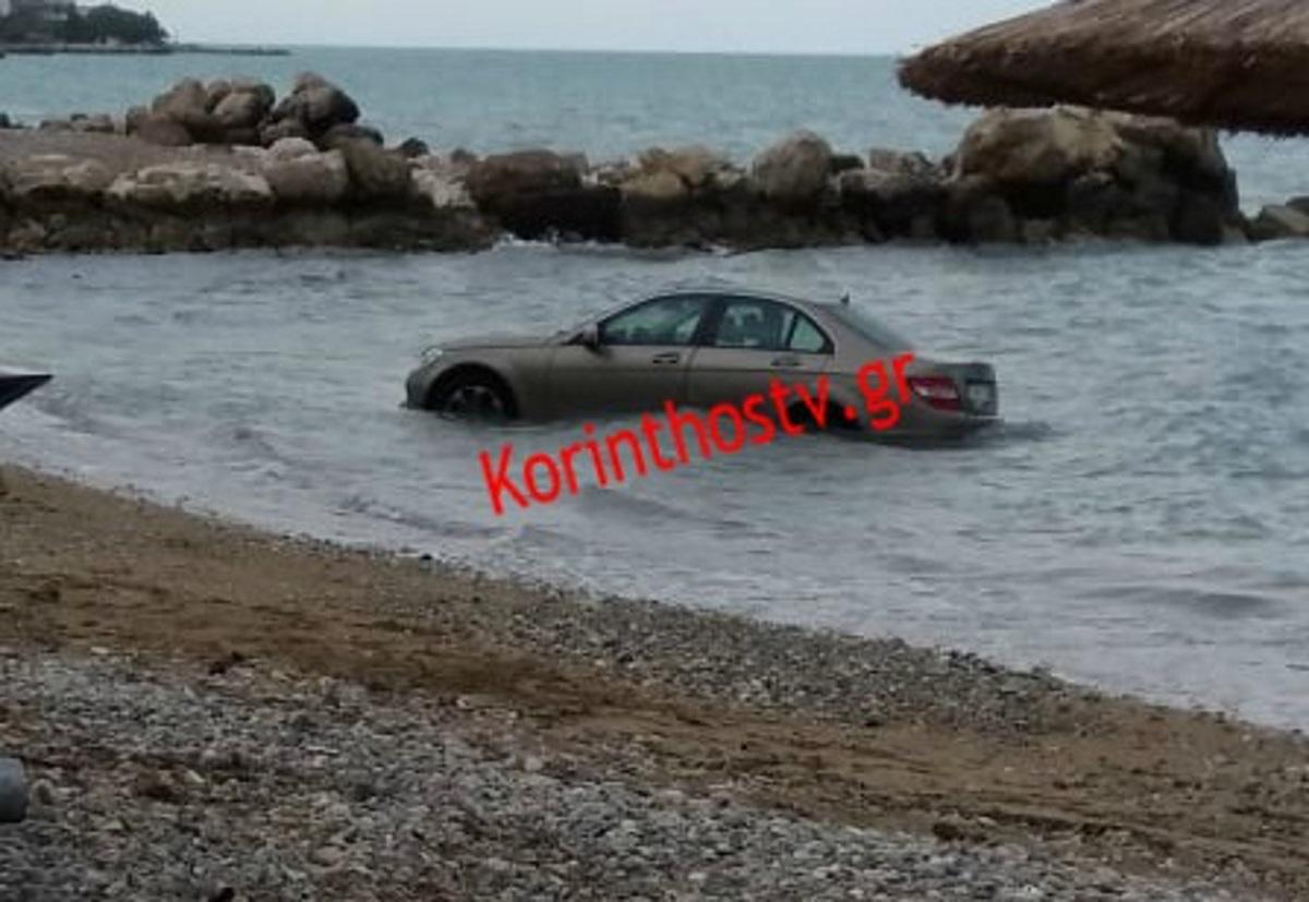 """Το αυτοκίνητο """"έφυγε"""" από το πάρκινγκ και έπεσε στη θάλασσα!"""