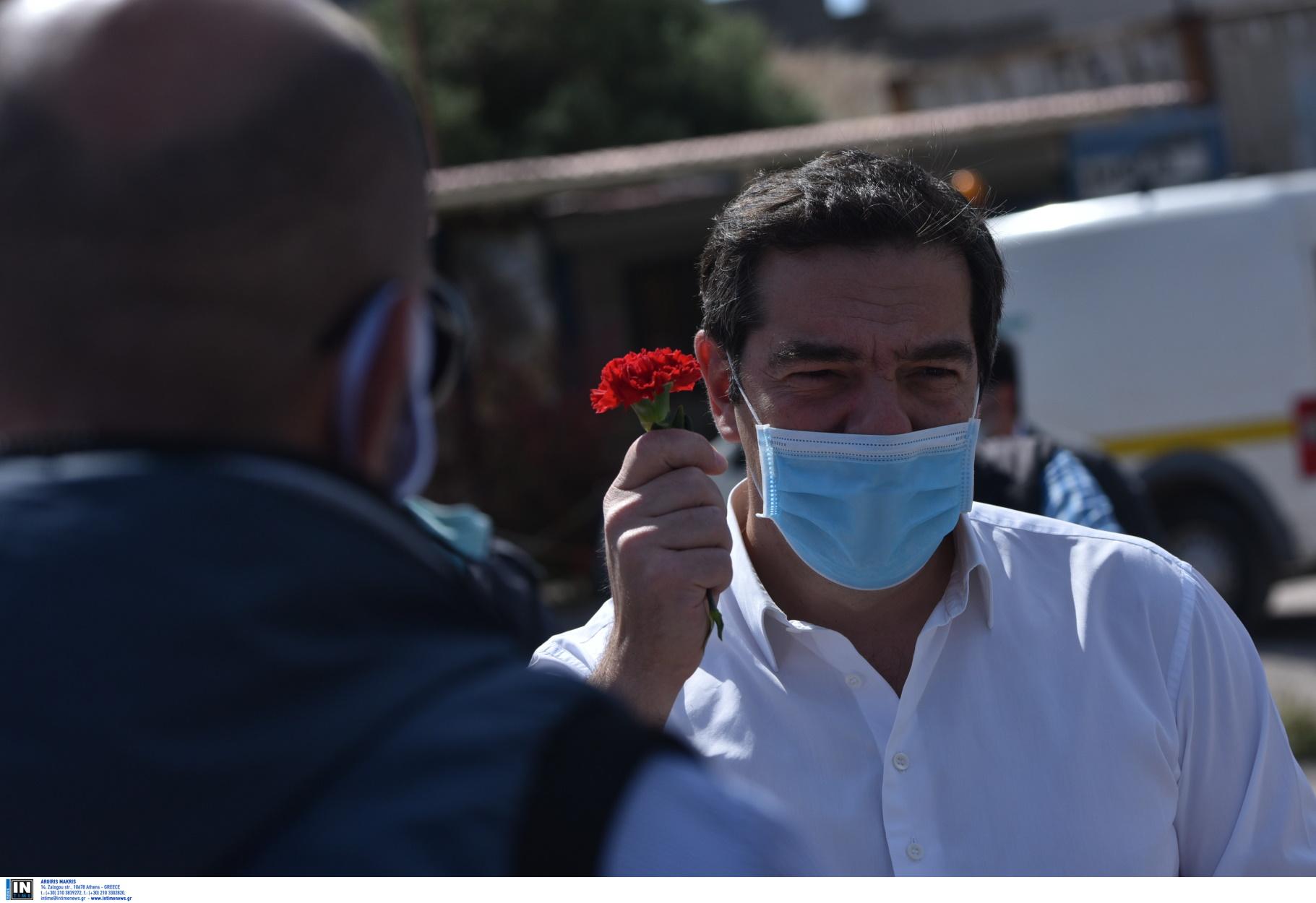 Πρωτομαγιά στο Πέραμα ο Τσίπρας με μάσκα και κόκκινο γαρύφαλλο (pics)