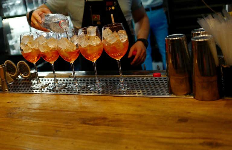 Βόλος: «Κέρασαν» πρόστιμα 6.000 ευρώ την ιδιοκτήτρια μπαρ και τους πελάτες