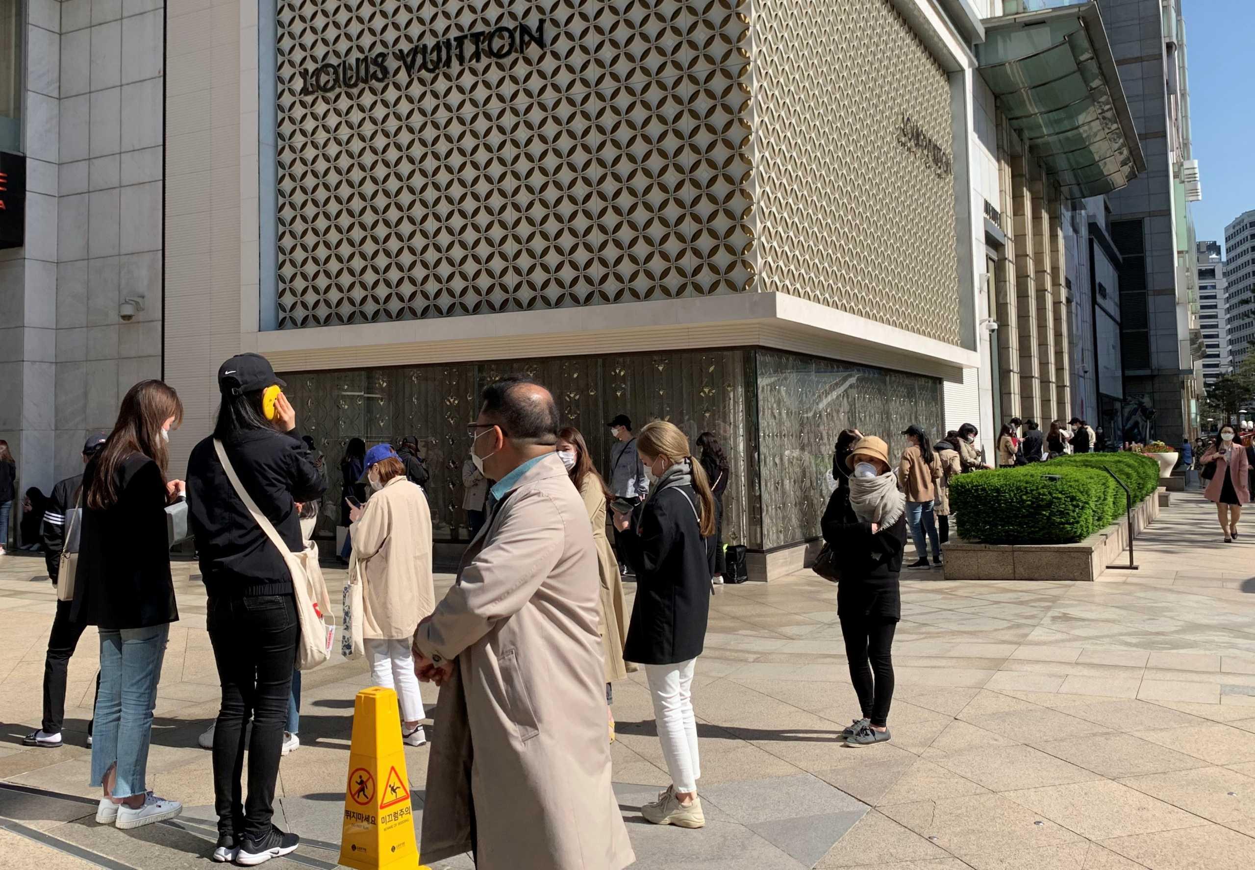 Σεούλ: Ποιος κορονοϊός; Τεράστια ουρά έξω από… το κατάστημα της Chanel! (video)