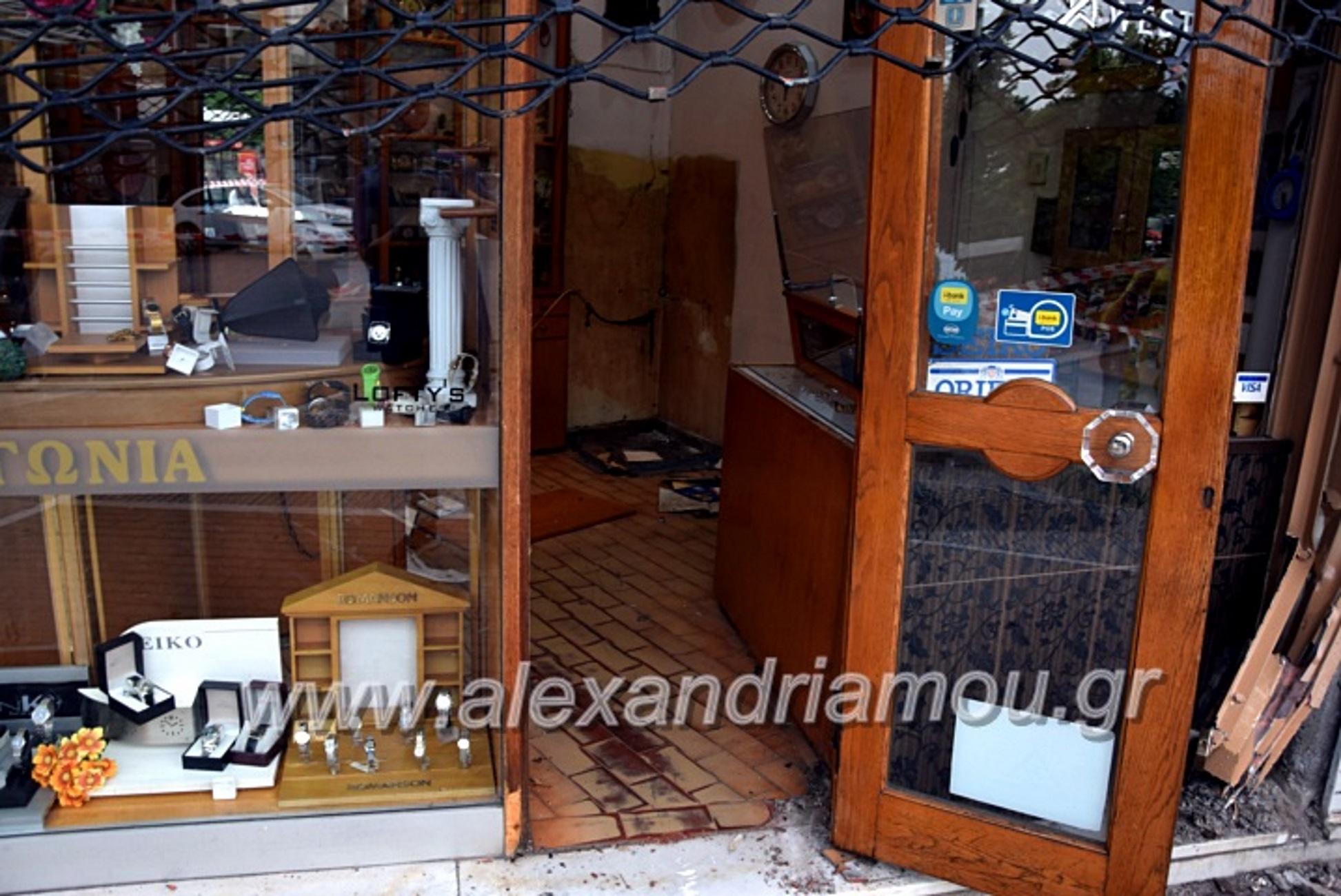 Ημαθία: Χρυσή διάρρηξη σε κοσμηματοπωλείο! 7 κουκουλοφόροι βούτηξαν το χρηματοκιβώτιο (Βίντεο)