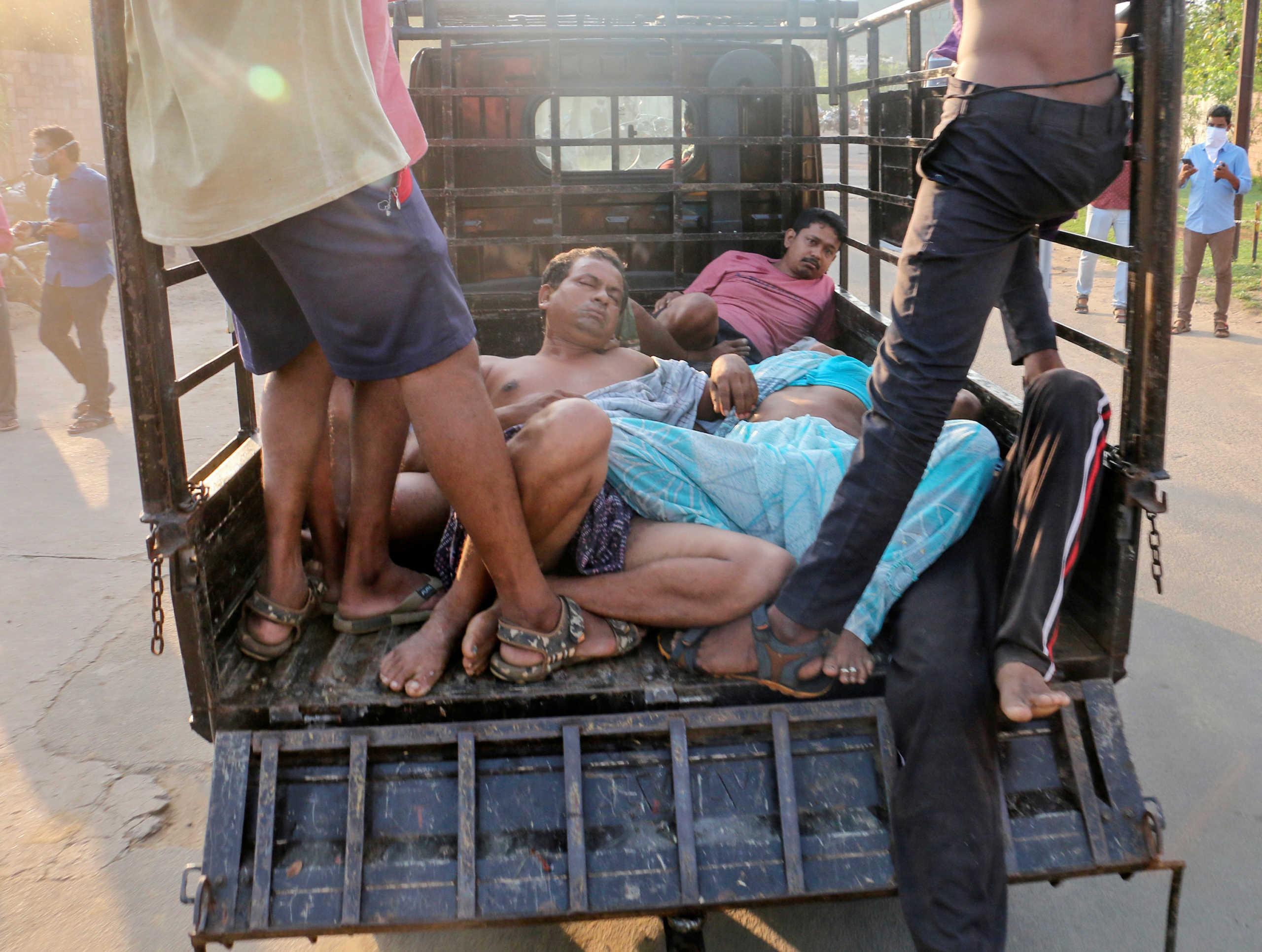 Ινδία: Διαδηλωτές με… πτώματα στα χέρια ζητούν να κλείσει το εργοστάσιο όπου πέθαναν 12 άτομα (video)