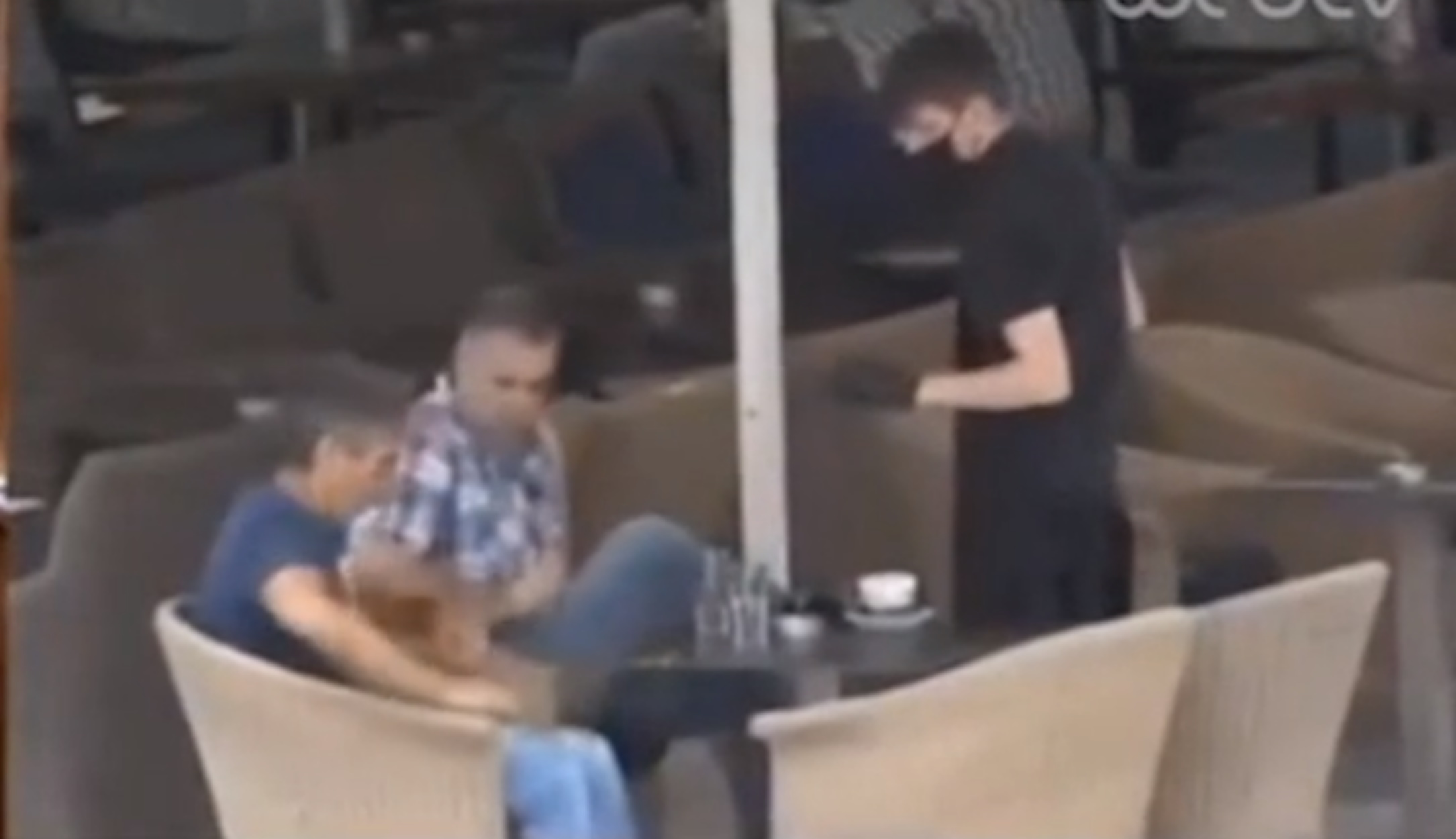 Viral το βίντεο με τον άτυχο Έλληνα σερβιτόρο!