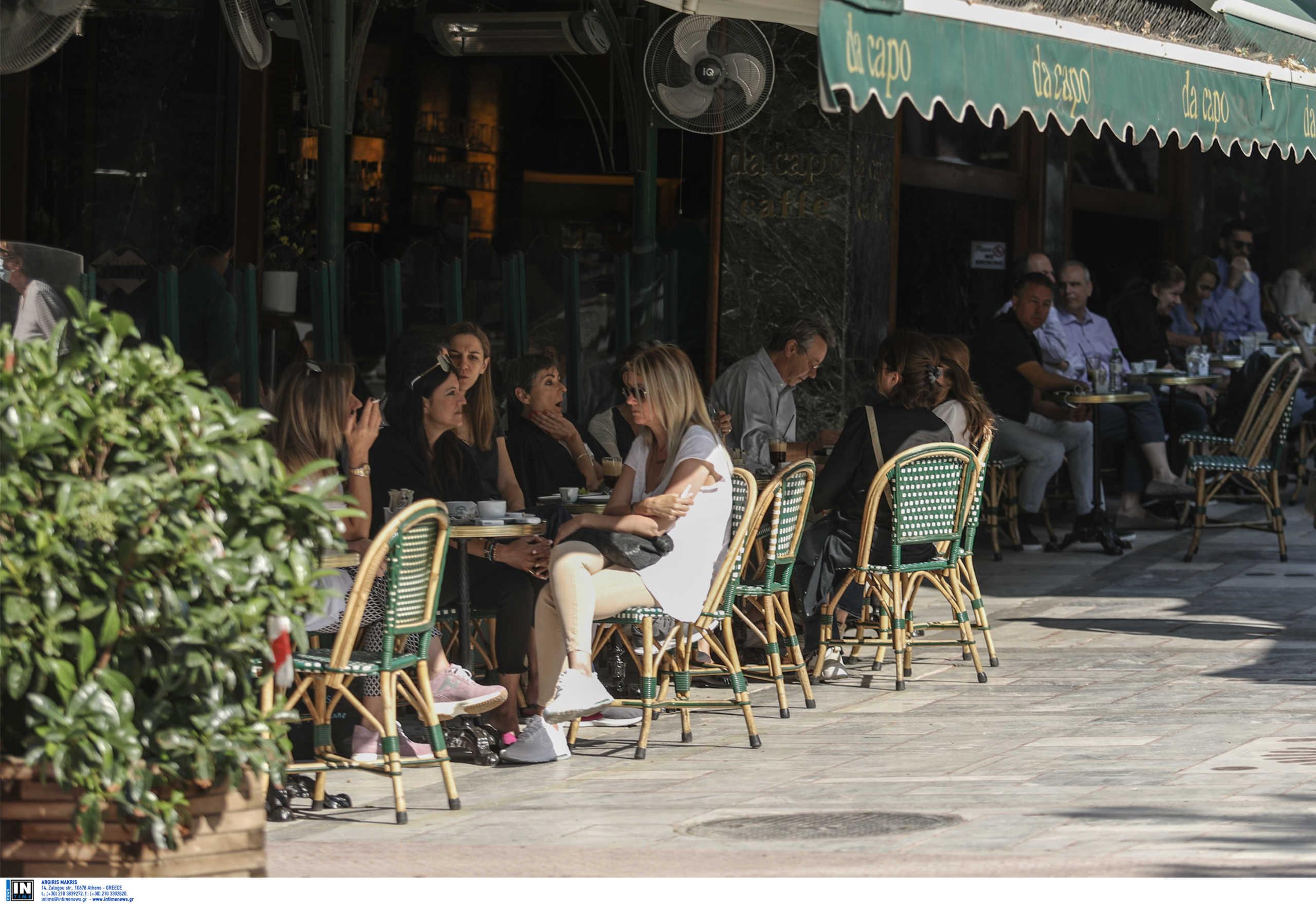 Κορονοϊός: Αγώνας δρόμου για την επιχείρηση «πειθώ» και καφές… 23 ευρώ για τους ανεμβολίαστους