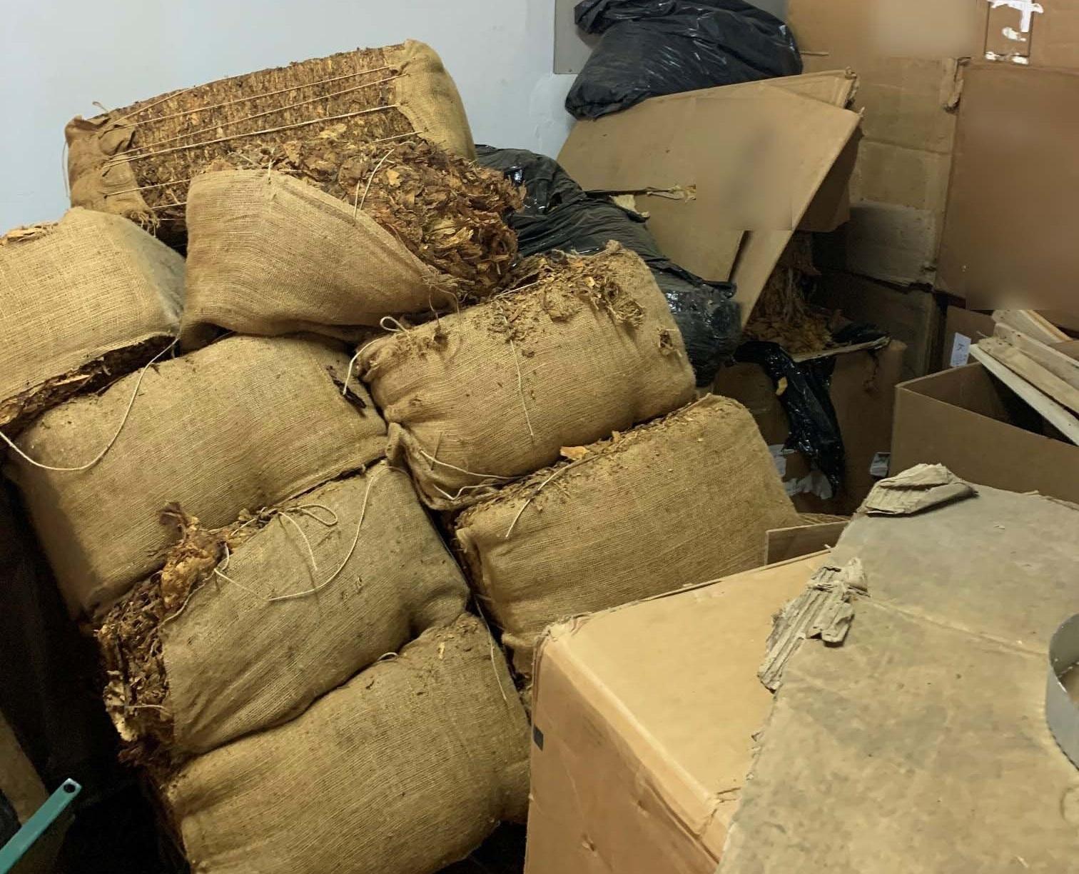 Έφοδος της αστυνομίας σε παράνομο εργοστάσιο καπνού – Κατασχέθηκαν 25 τόνοι