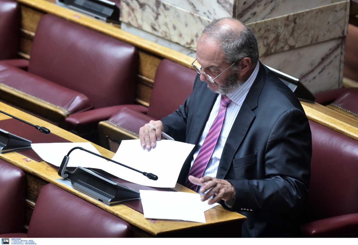 Βουλή: Ο μασκοφόρος Καραμανλής και ο βουλευτής που ψήφισε χωρίς φάκελο